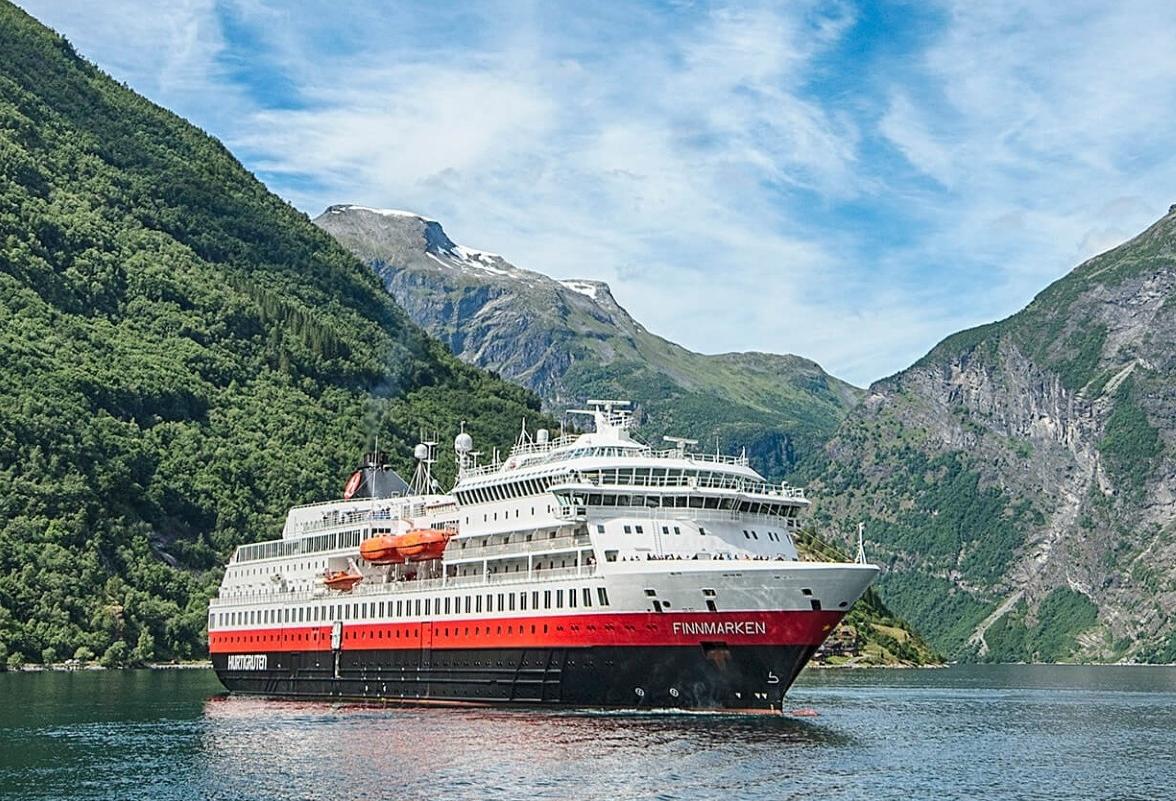 Hurtigrutens skib MS Finnmarken, der indtil videre sejler med et tomt svømmebassin af hensyn til skibets vægt og balance. Foto: Hurtigruten.