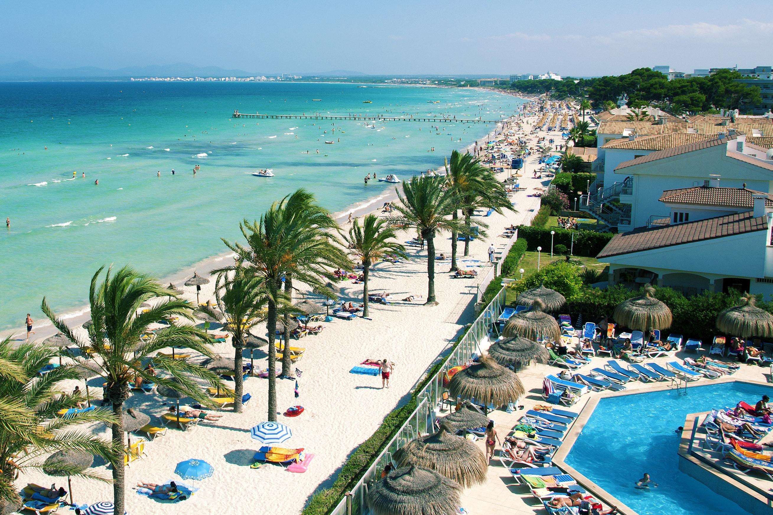 Strandene på Mallorca er et sikkert trækplaster for blandt andet charterturister. Her er det fra Alcudia, Foto: Bravo Tours.