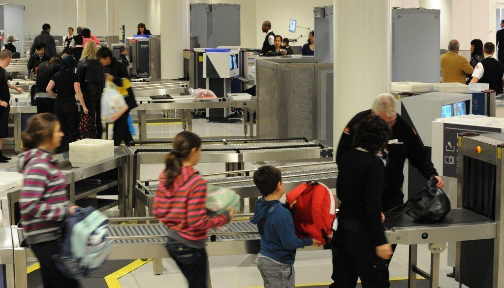 Fremtiden i lufthavnenes sikkerhedskontroller kan blive uden at passagererne skal fjerne for eksempel flydende væsker fra deres håndbagage. Arkivfoto fra lufthavnen i australske Sydney.