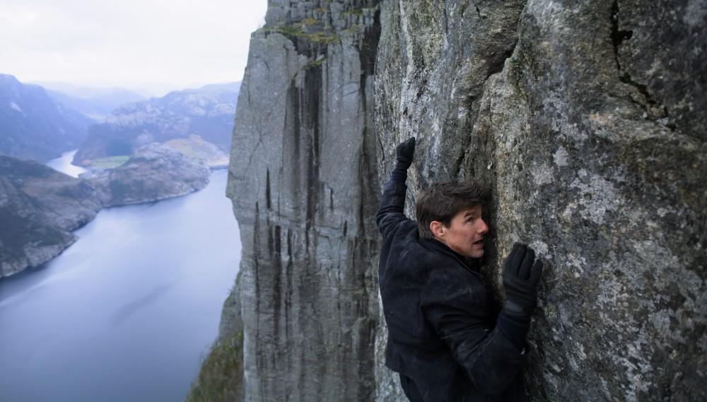 Tom Cruise kravler på Preikestolen i Mission Impossible 6. PR-foto: Paramount Pictures.