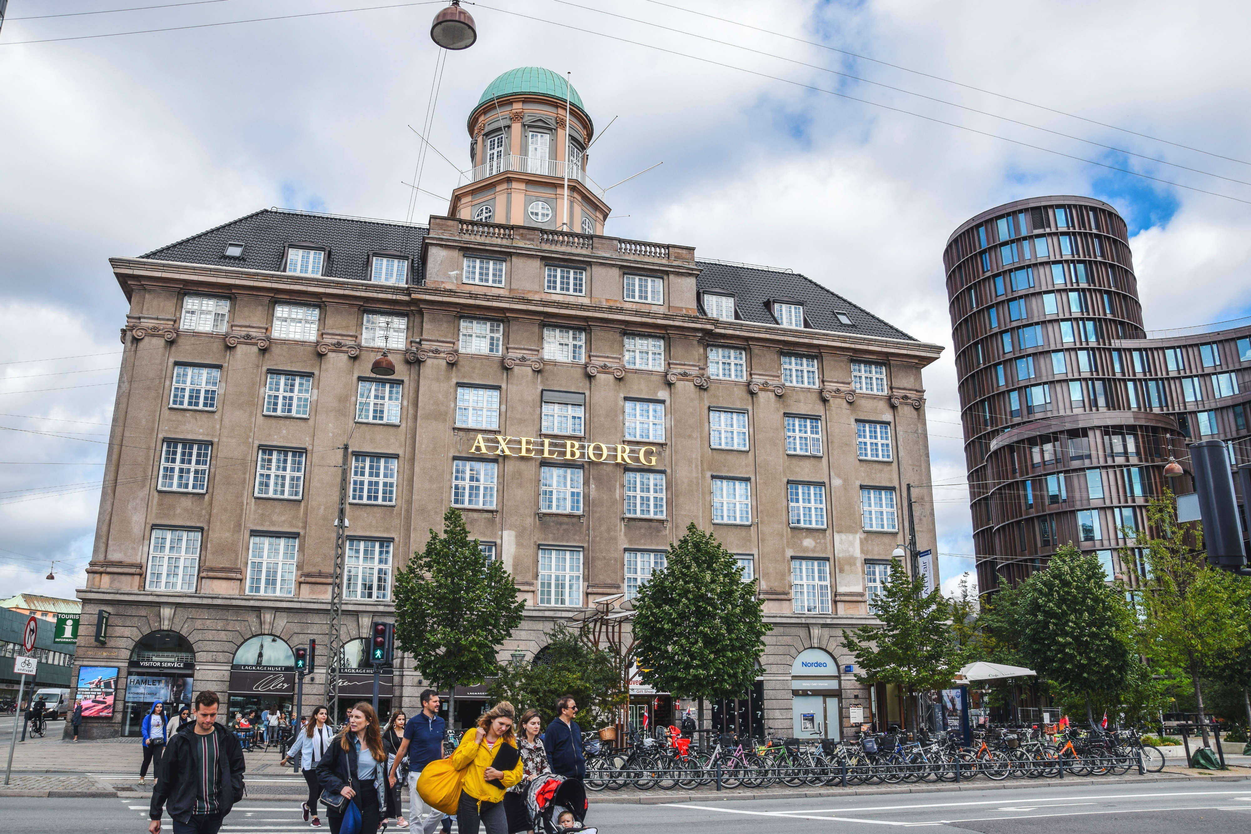 Axelborg overfor Tivolis hovedindgang, hvor Tivoli overtager konferencelokalerne. Pressefoto fra Tivoli.