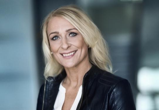 I 2003 fik danske Kathrine Elmer som den første kvinde Ellehammer Prisen, der uddeles af Danske Flyvejournalister. I dag er hun anden kaptajn på Norwegians Boeing B787-langrutefly. Foto: Kenox.dk