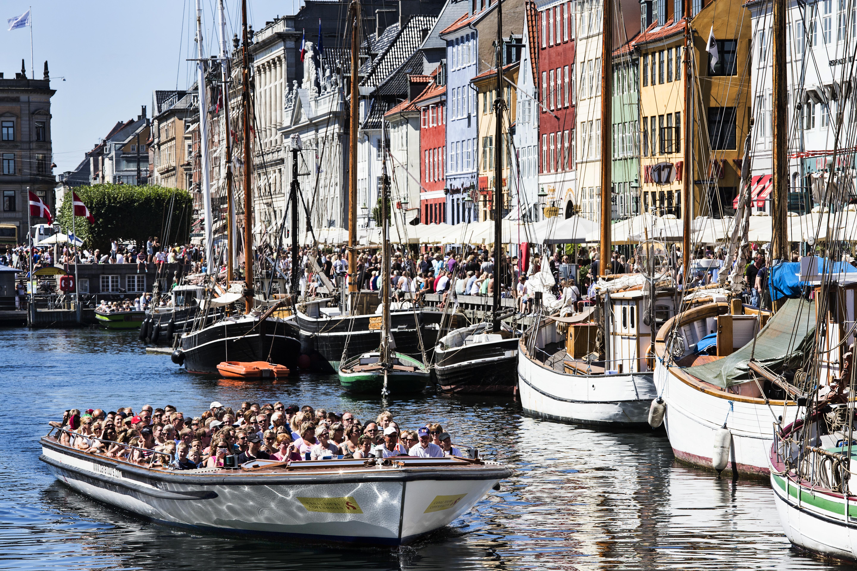 En af de 17 kanalbåde fra Canal Tours, der på årsplan sejler omkring 800.000 turister rundt i Københavns kanaler. Foto: Wonderful Copenhagen.
