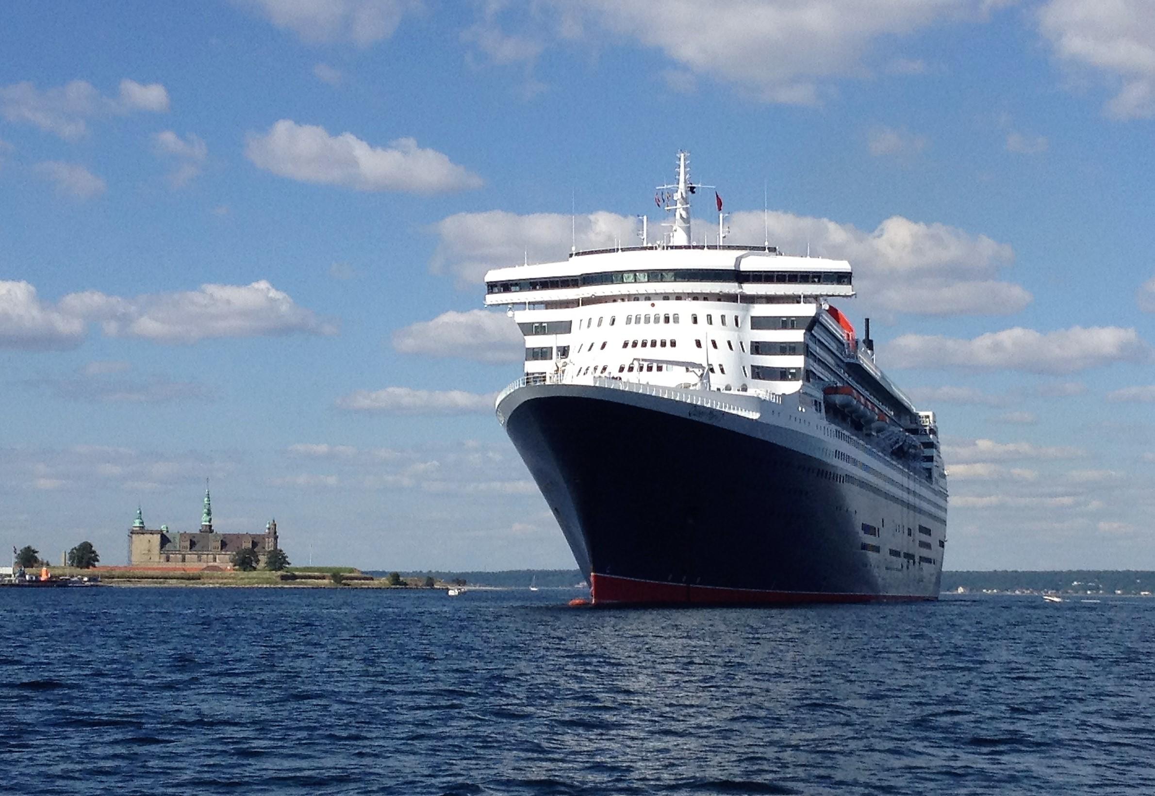 Arkivfoto fra et tidligere besøg af Queen Mary 2 udfor Helsingør med Kronborg til venstre.