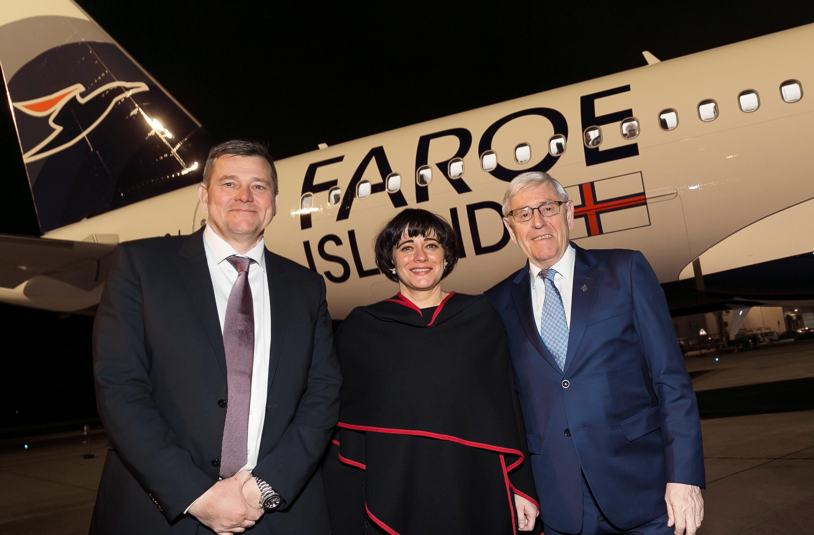 Jóhanna á Bergi har siden 2015 været koncernchef for færøske Atlantic Airways; her flankeres hun af flyselskabets bestyrelsesformand, Niels Mortensen, til venstre, og Færøernes udenrigs- og erhvervsminister, Poul Michelsen. Pressefoto: Atlantic Airways.