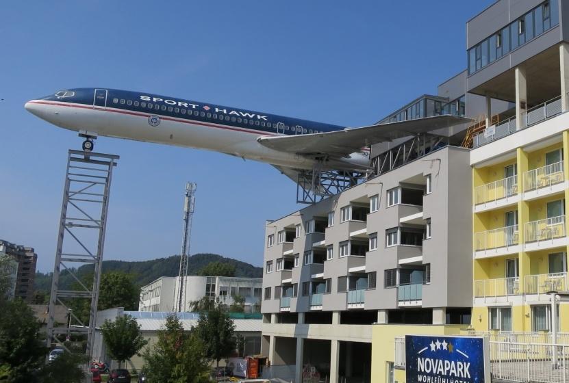 Boeing B727-flyet på taget af hotellet Nova Park Wohlfülhotel i østrigske Graz. PR-foto fra hotellet.