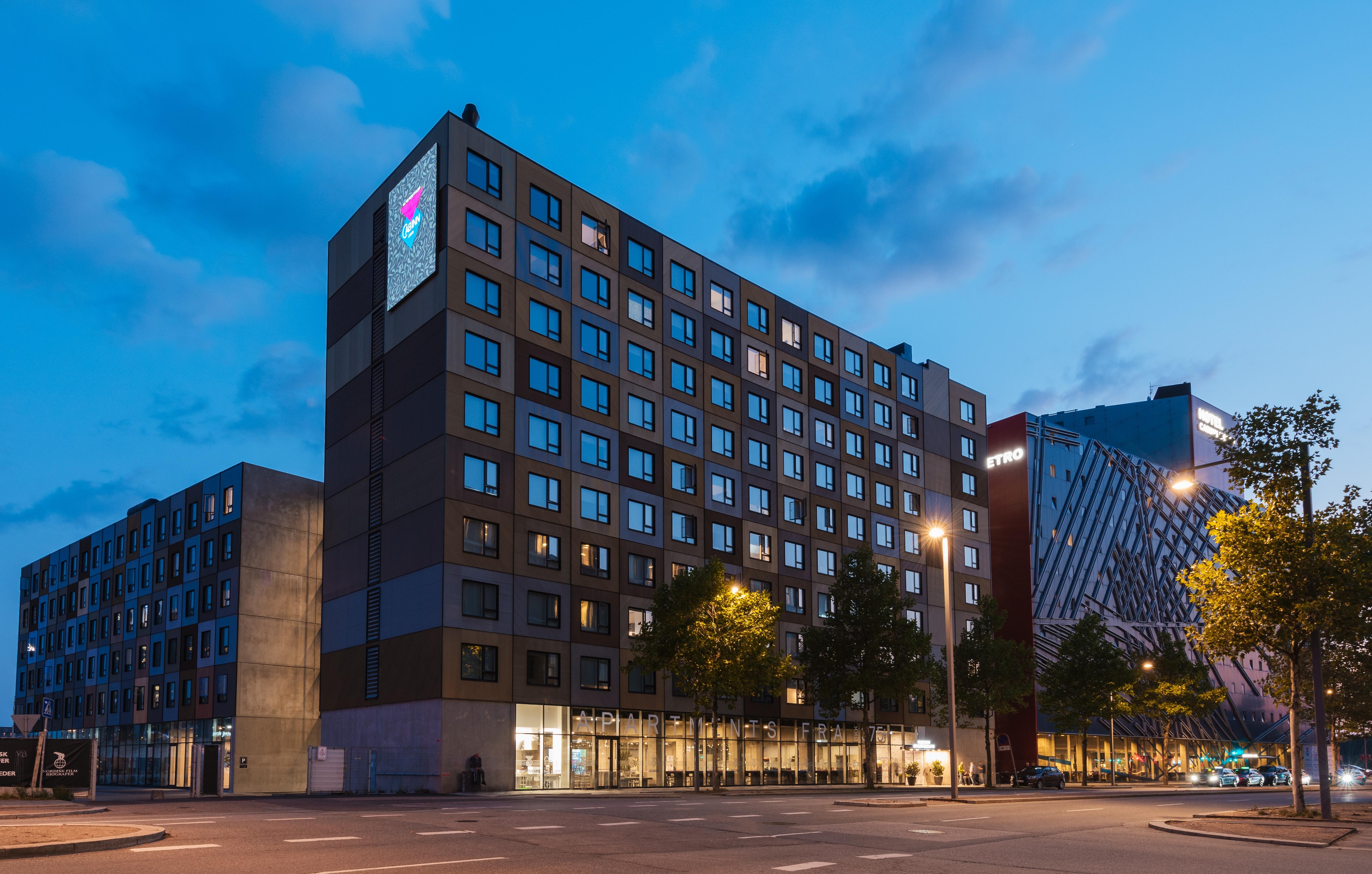 CabInn Village i Ørestad ved København tæller foreløbig hotellet CabInn Metro med 709 værelser og CabInn Apartments med 519 hotellejligheder. Der er Grand Opening for CabInn Apartments 4. oktober. Foto: CabInn.