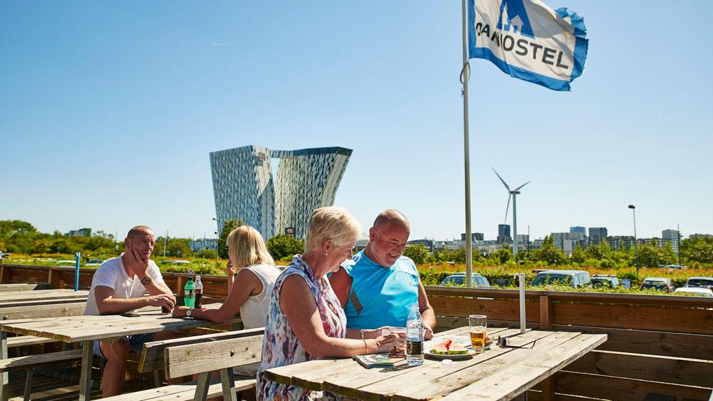 Danhostel Copenhagen Amager på Amager Fælled ligger ifølge Københavns Kommune i vejen for det store projekt Ørestad Fælles Kvarter. I baggrunden er det Bella Sky-hotellet ved Bella Center. Foto: Danhostel.