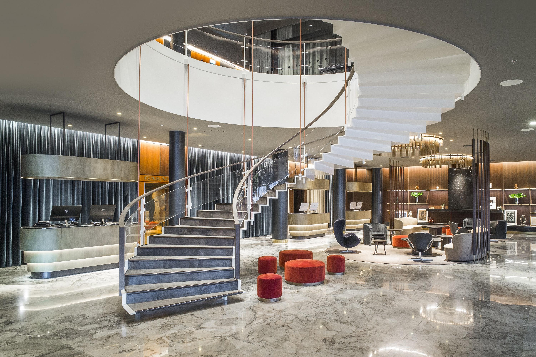 Royal-hotel i København er blandt andet kendt for sin unikke nærmest svævende trappe fra lobbyen til første sal. Foto: Rickard L. Eriksson.