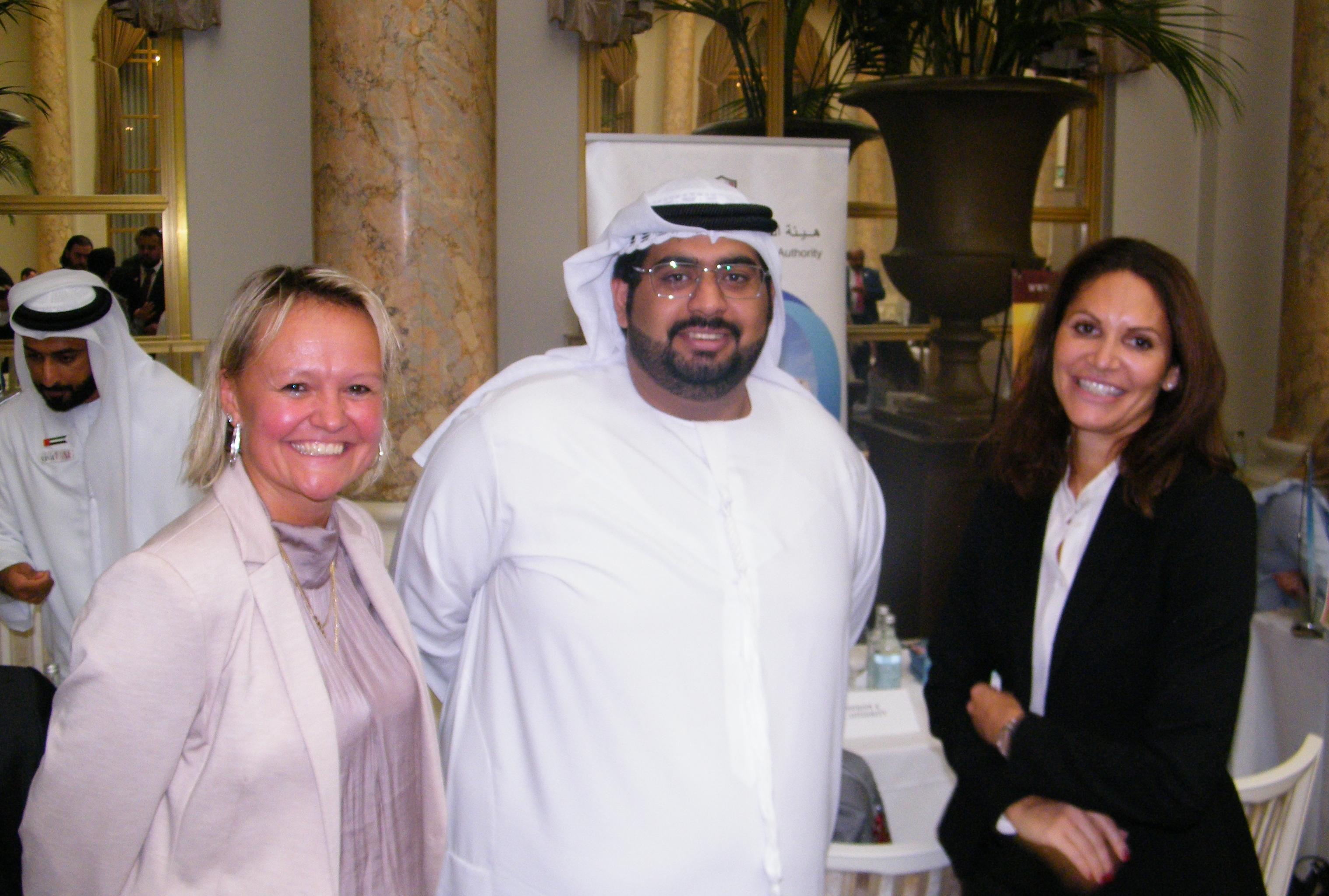 Fra UAE's workshop i København, fra venstre Karina Nielsen fra Apollo Rejser, marketingkoordinator Omar Bani Hamour fra emiratet Fujairah's turismemyndigheder, og key account manager hos Emirates i Norden, Tanya Milad. Foto: Henrik Baumgarten.