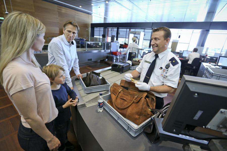 Plasticbakker ved sikkerhedskontrollen i Københavns Lufthavn; pressefoto: Københavns Lufthavn.