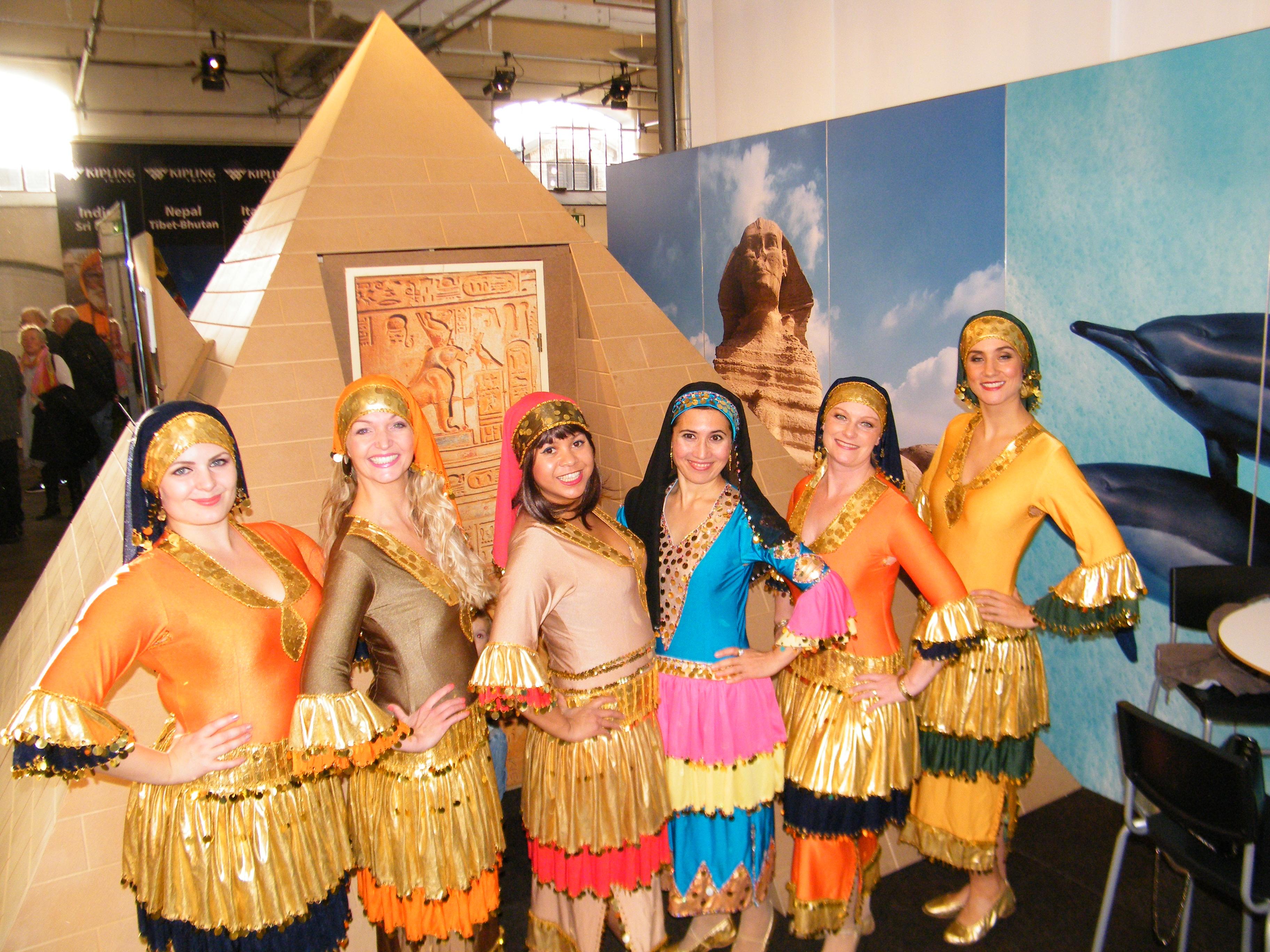 På weekendens Rejsemessen for Kvalitetsrejser stod navnlig den egyptiske stand for farverig underholdning med det danske danseensemble Shames el Amar, der på arabisk betyder Sol og Måne. Alle fotos: Henrik Baumgarten