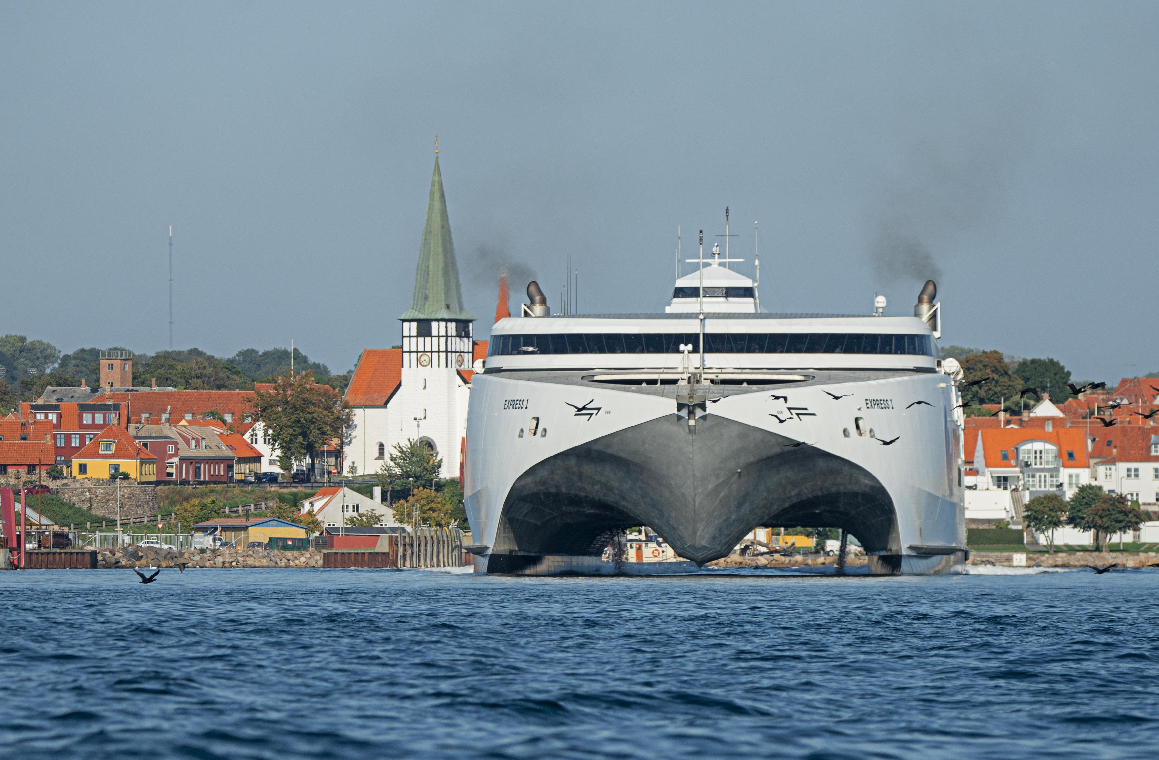 Molslinjen kommer tæt på at have monopol på større danske færgeruter. Udover Molslinjen har rederiet betjeningen af Bornholm med blandt andet katamaranen Express 1, billedet – nu overtager rederiet yderligere fire danske færgeruter. Foto: Molslinjen.
