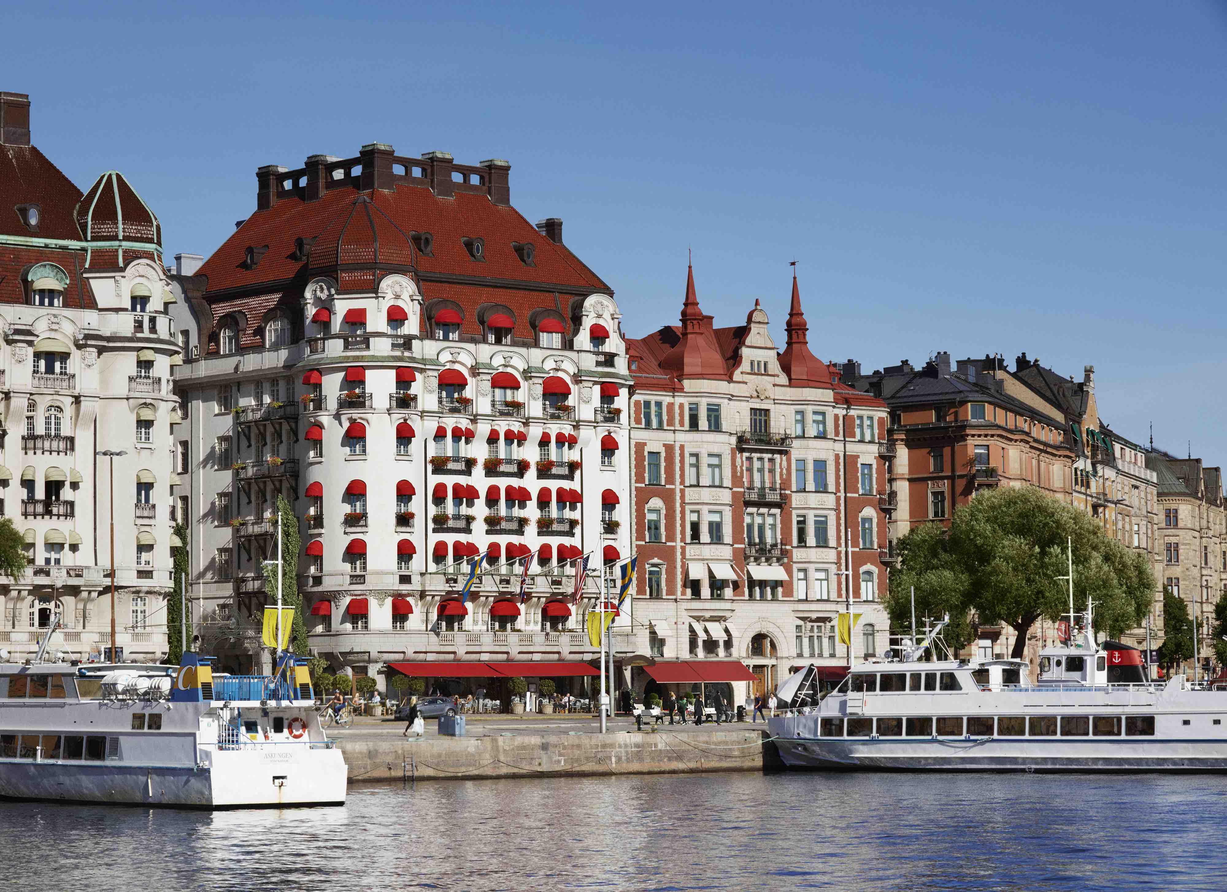 5-stjernede Hotel Diplomat (bygningen med det mest røde tag) i Stockholm topper den netop udgivne liste fra rejsemagasin Condé Nast Traveler over Nordeuropas 15 bedste hoteller. Foto: Hotel Diplomat.