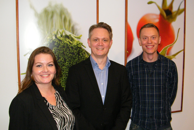 Nils Hornemann fra Danmarks Rejsebureau Forening på IATA Comet-mødet flankeret af foreningens formand, Nancy Justinussen fra færøske Atlantic Airways, og bestyrelsesmedlem Martin Felby fra Live Travel.