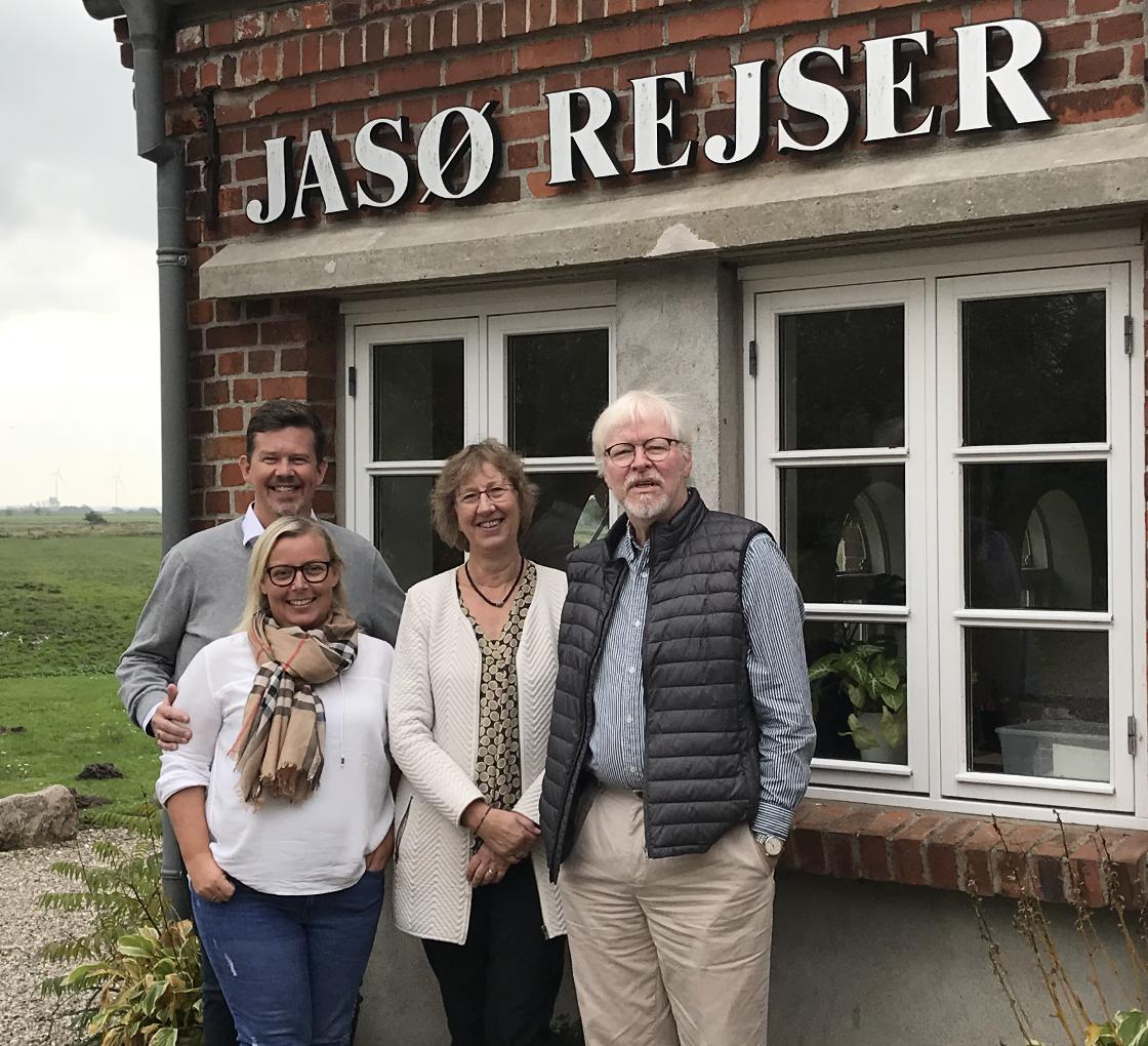 Betina og Rasmus Schmidt, til venstre, har købt Jasø Rejser af Maj-Britt og Jan Sønnichsen. PR-foto.