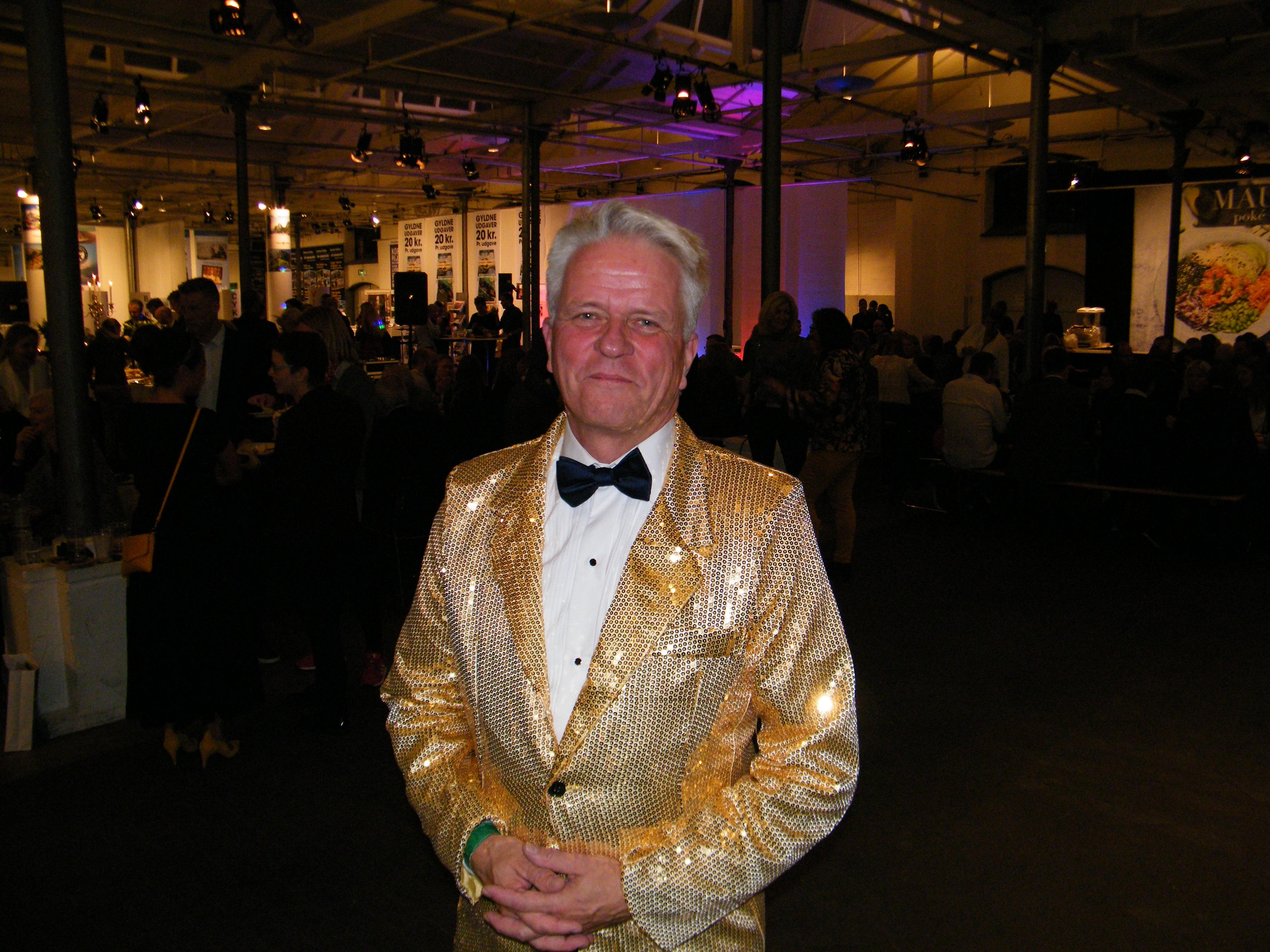 Administrerende direktør i DRF, Lars Thykier,, i sin iøjnefaldende guldjakke fra New York ved DRF's jubilæum i Øksnehallen. Foto: Henrik Baumgarten.