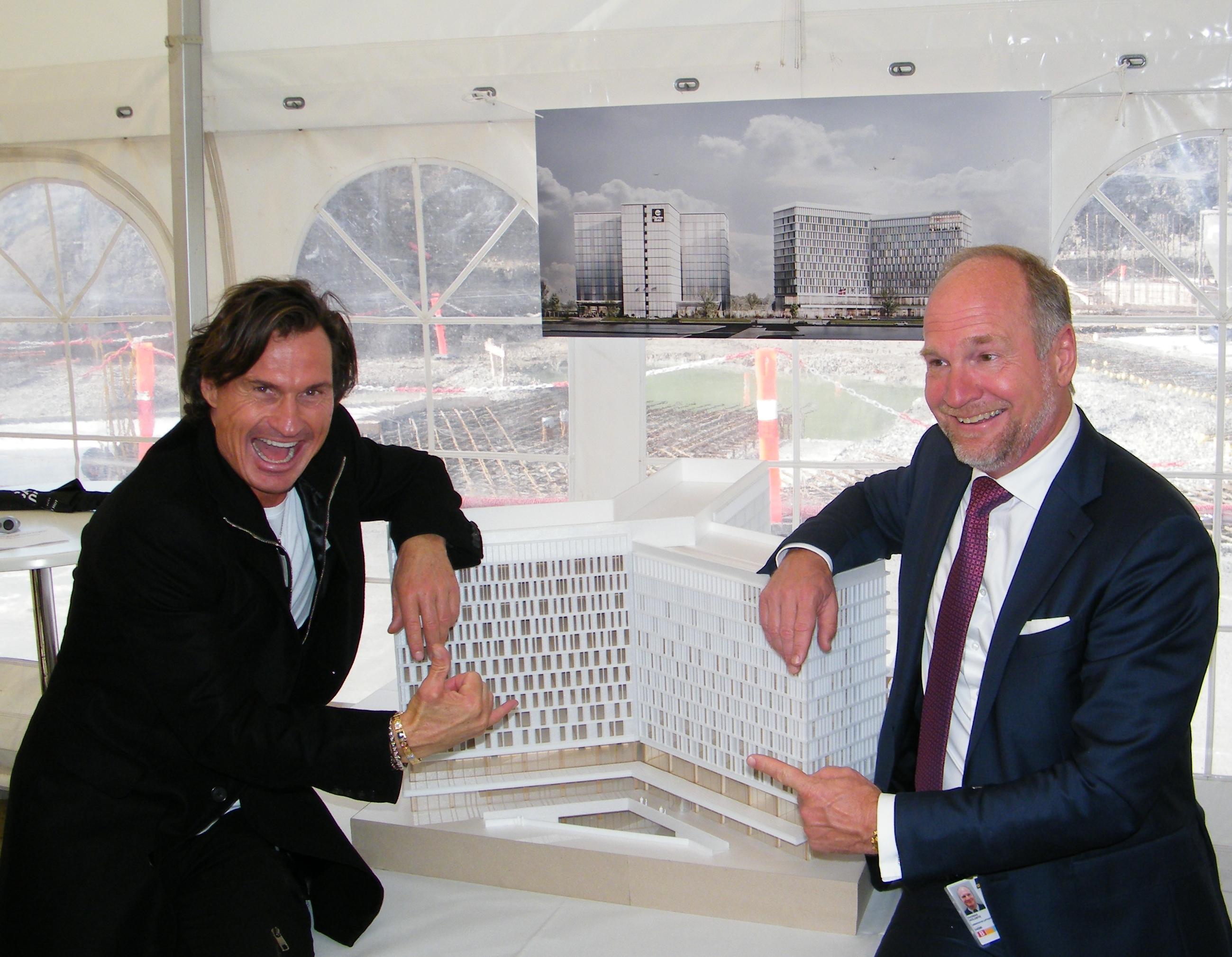 Ejer og koncernchef for Nordic Choice Hotels, der skal drive Comfort-hotellet i Københavns Lufthavn, Petter A. Stordalen, til venstre, med lufthavnens administrerende direktør, Thomas Woldbye, ved en model af det kommende storhotel. Foto: Henrik Baumgarten.