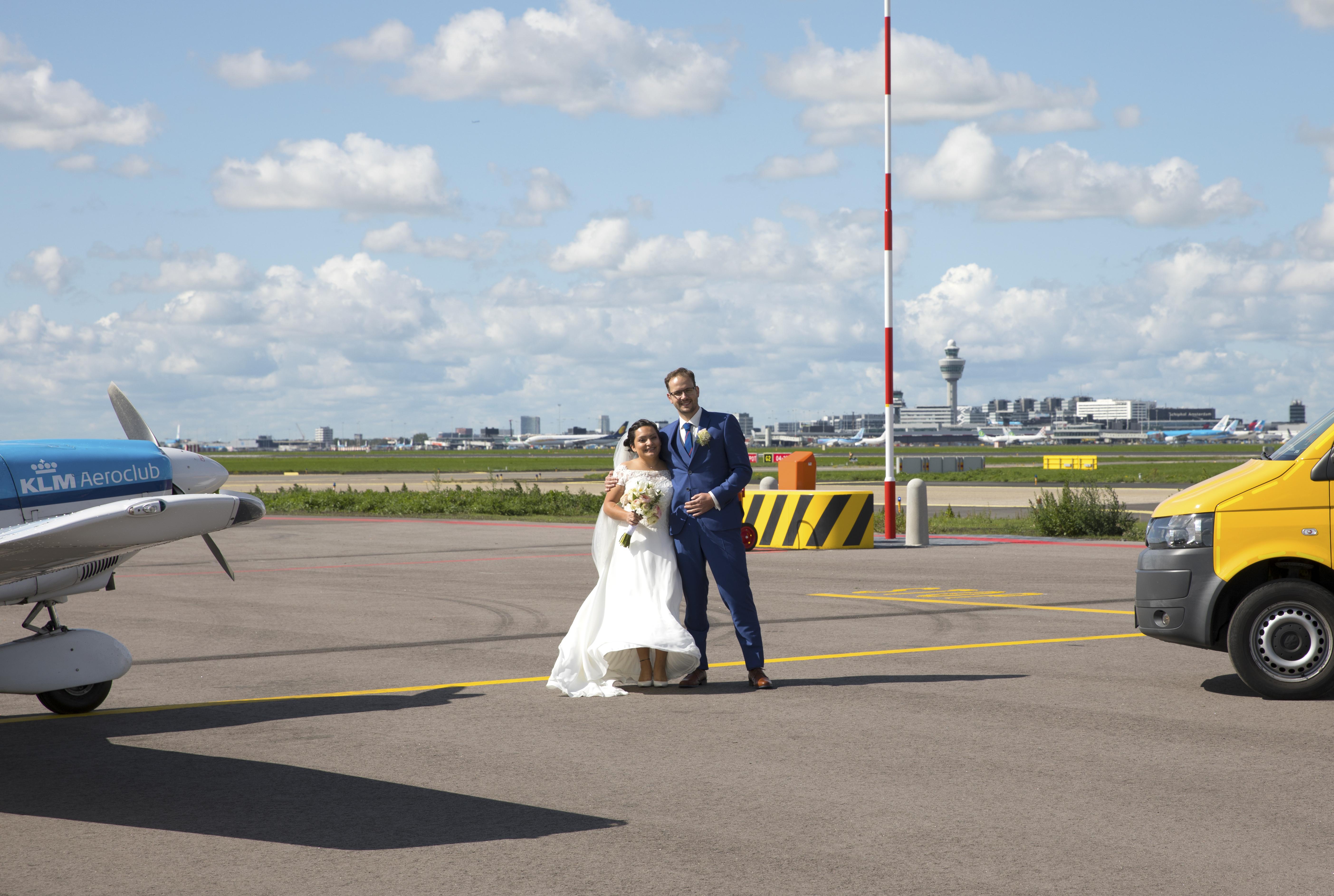 Brudeparret på, næsten, landingsbanen i Amsterdams Schiphol-lufthavn. Foto: Amsterdam Airport Schiphol.
