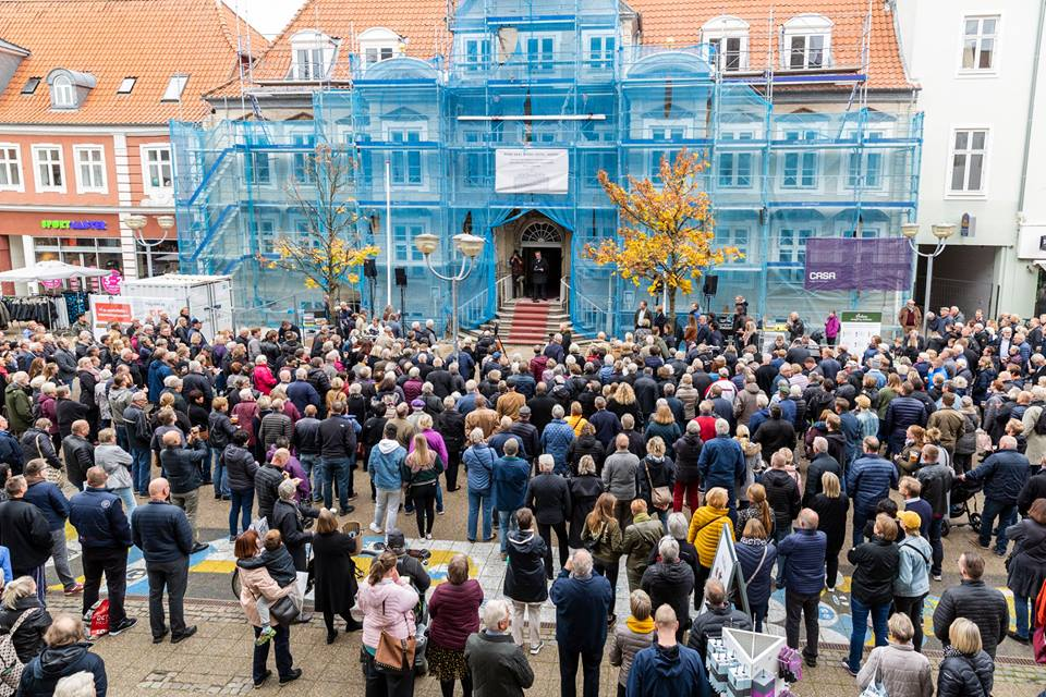 Stor folkemængde foran Jørgensens Hotel i Horsens, der er første medlem af det nye koncept Byens Hotel. Hotellet genåbner om et års tid. Foto fra Byens Hotels Facebookside.