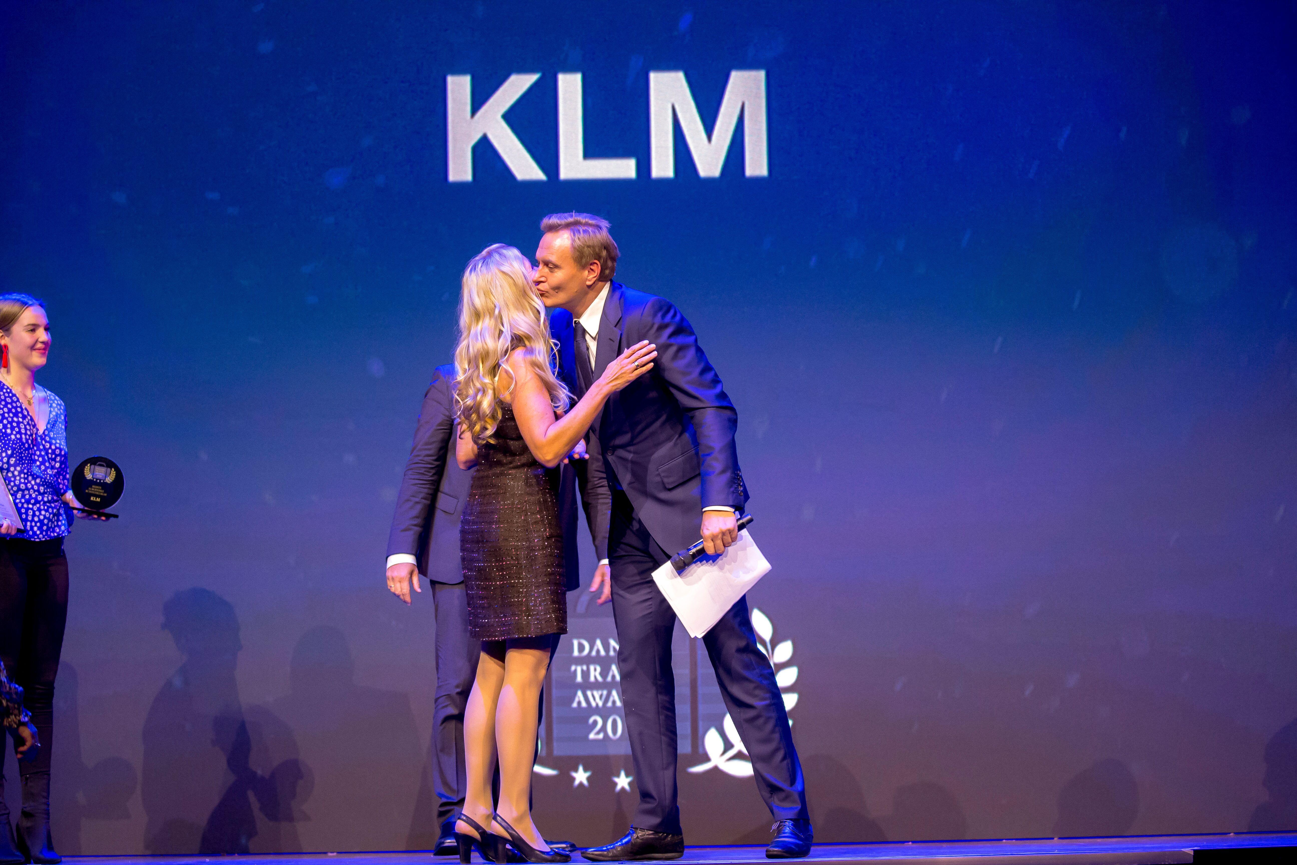 Medvært ved Danish Travel Awards, TV2-journalist Rasmus Tantholdt, overrækker prisen som bedste europæiske ruteflyselskab til KLM til landechef Anita Wagner Feddersen. Alle fotos: Michael Stub.