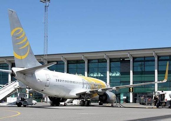 Arkivfoto fra Aalborg Lufthavn med Primera Air; i Aalborg har flyselskabets konkurs kostet hotelkæden Comwell 180.000 kroner.