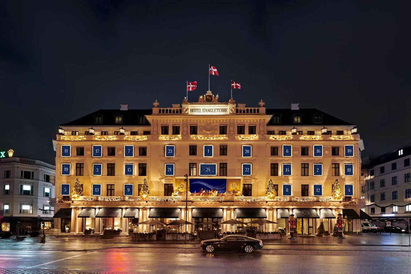 """En """"forpremiere"""" for Hotel d'Angleterres kommende julebelysning af sin facade – den tændes på fredag. Illustration fra Hotel d'Angleterre."""