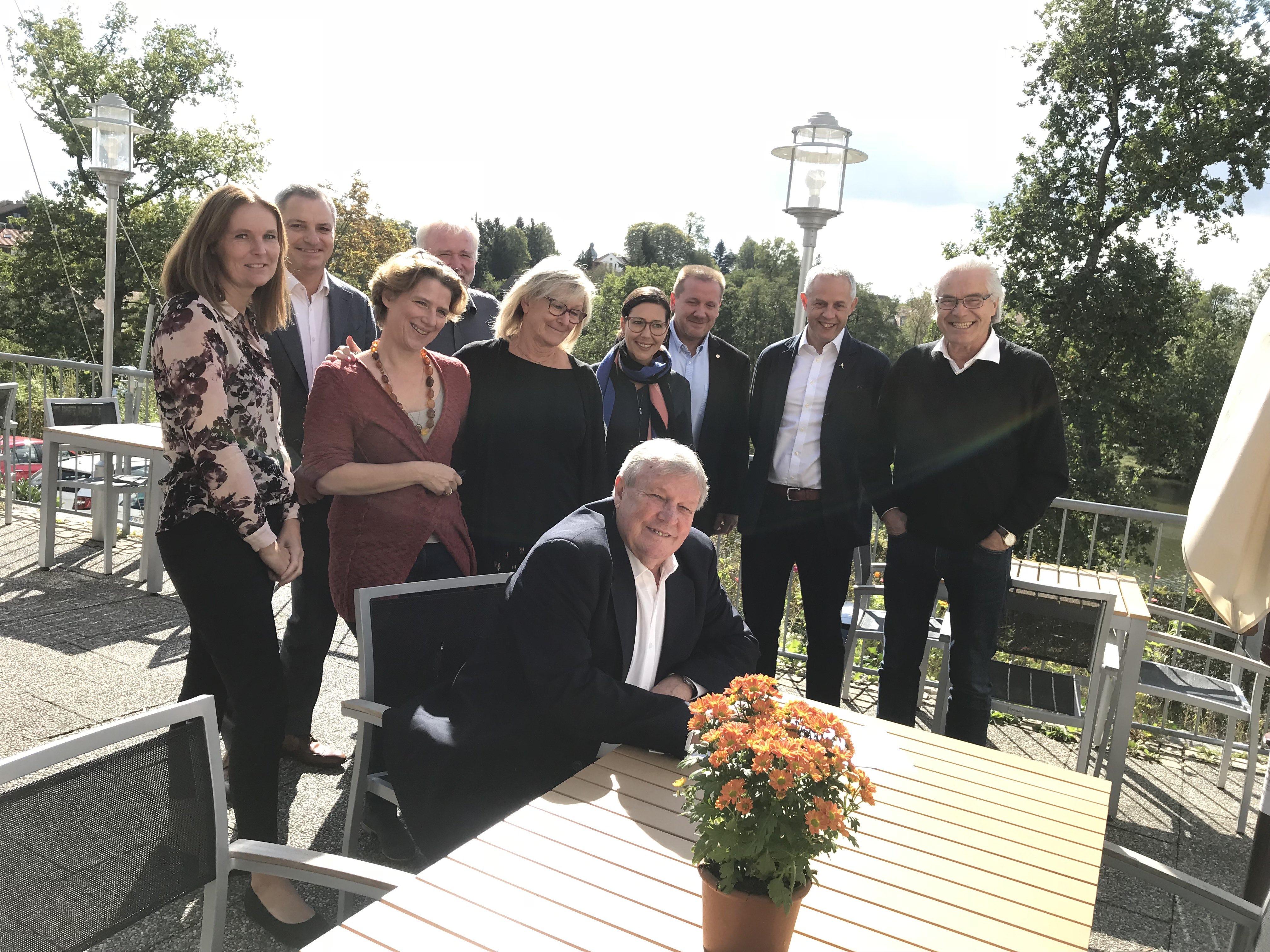 Paul Swaine, Business Development Manager hos Golden Chain, underskriver aftalen i selskab med repræsentanter fra de andre medlemskæder. (Foto: Small Danish Hotels/PR)