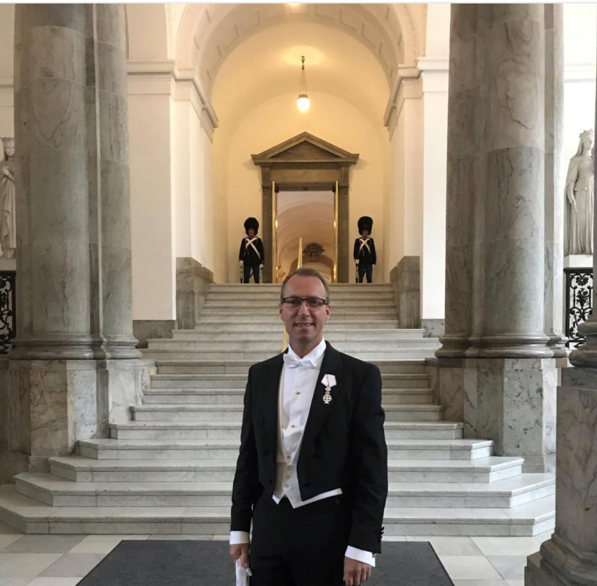 Jens Mathiesen ved Christiansborg i går, hvor han var i audiens hos Dronning Margrethe for at takke for Ridderkorset. Privatfoto.