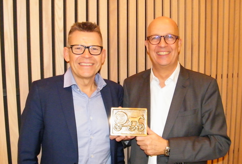 Spies' administrerende direktør, Jan Vendelbo, til venstre havde en sjælden gave med Henrik Specht, en tung metalboks som Simon Spies fik fremstillet i et begrænset antal eksemplarer som gave – med blandt andet Spies' daværende symbol, Solvognen, på forsiden. Foto: Henrik Baumgarten.