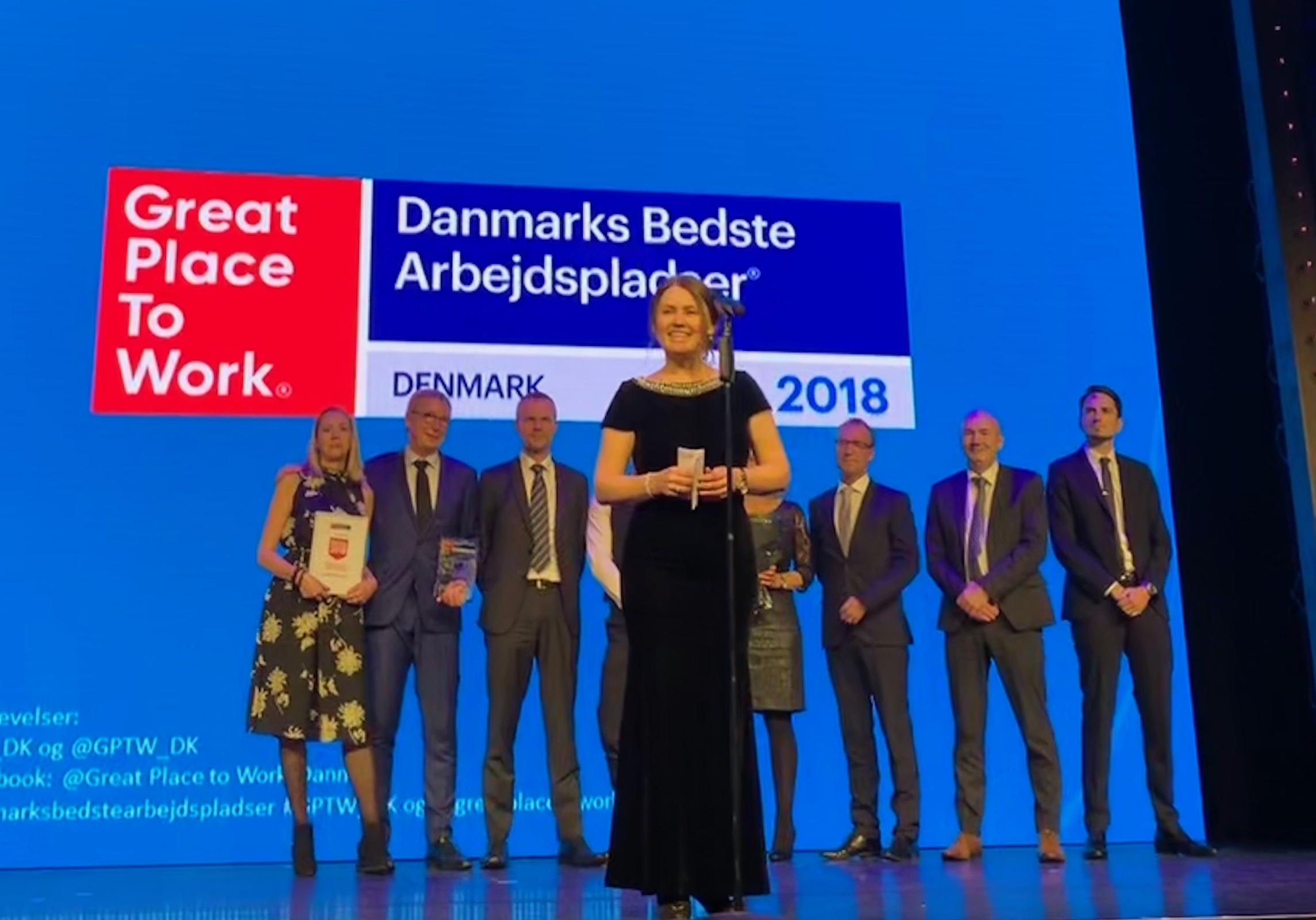 """Scandics HR-direktør, Anne Mette Pedersen, på scenen i Cirkusbygningen, hvor hotelkæden fik prisen for """"Danmarks bedste arbejdsplads til inklusion"""" (inddragelse i et fællesskab eller en sammenhæng) Foto: Scandic."""