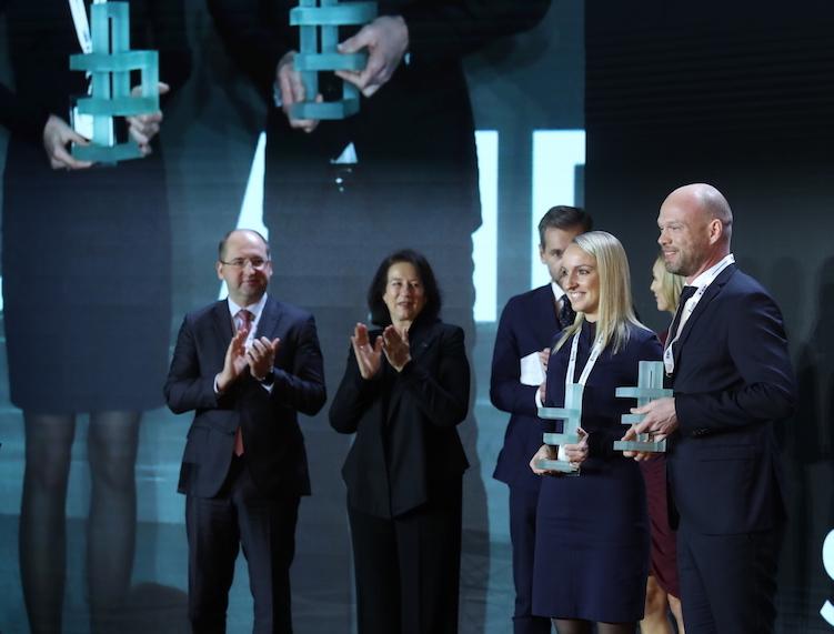 Til højre i billedet direktør Niels Marcus Pedersen og designer Sara Clement ved prisuddelingen i Warszawa.