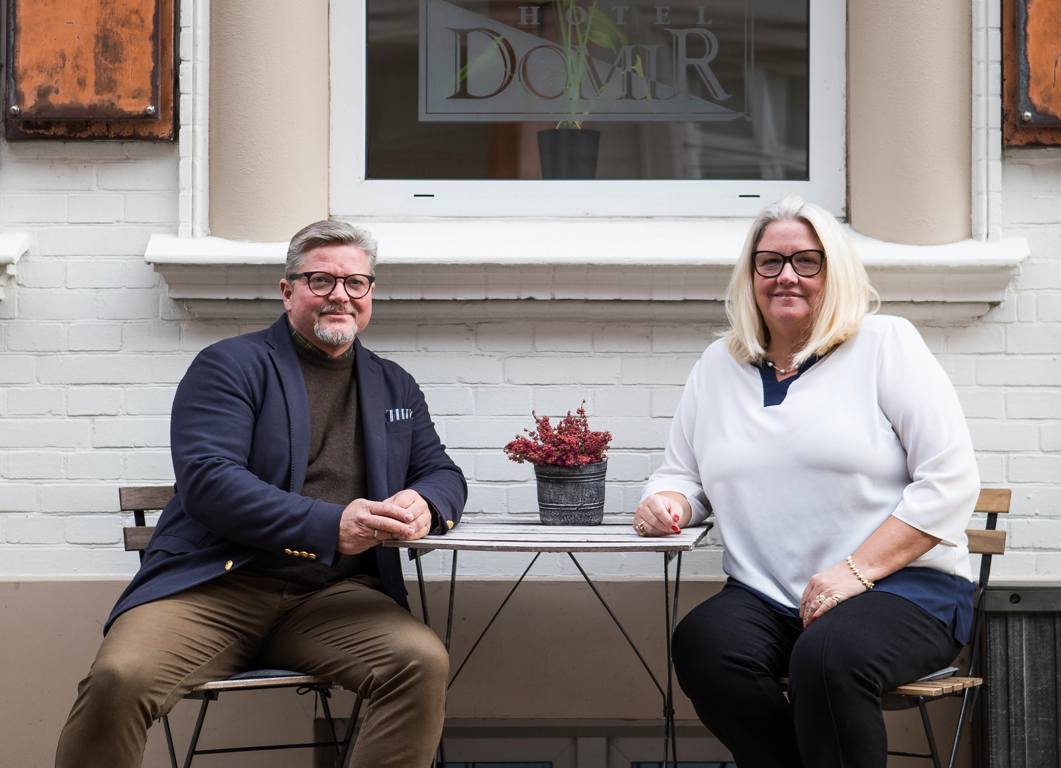 Ægteparret bag Milling Hotels, Jan Milling, der er uddannet tømrer, mens Dorte Milling er uddannet pædagog. Foto fra Milling Hotels.