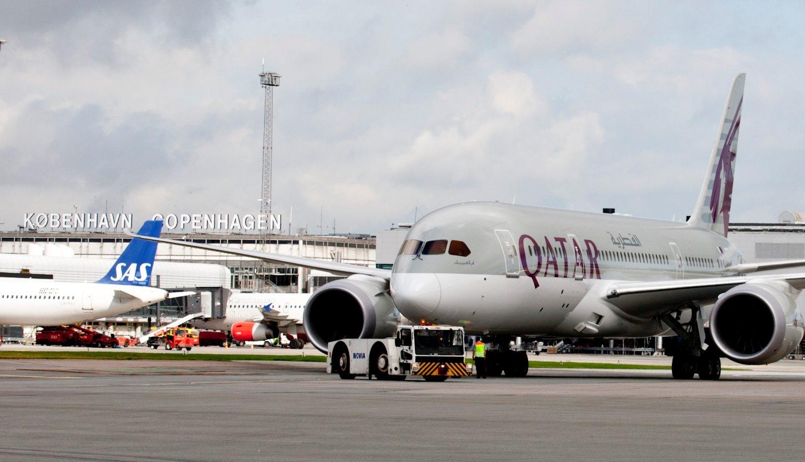 Arkivfoto fra Københavns Lufthavn med et fly fra Qatar Airways, dette er dog en Boeing B787 Dreamliner, der tidligere blev brugt på ruten mellem Doha og København.