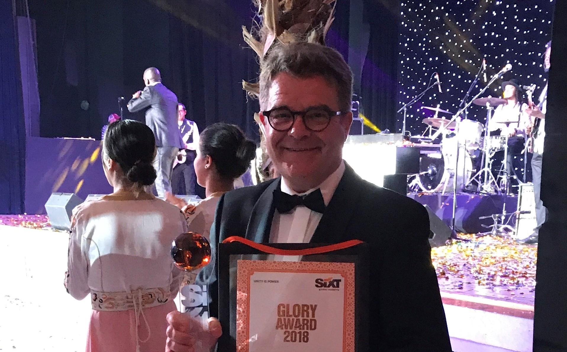 Søren Lithander, administrerende direktør for Sixt i Danmark, med den interne pris ved biludlejningsselskabets verdenskongres. Sixt-foto.