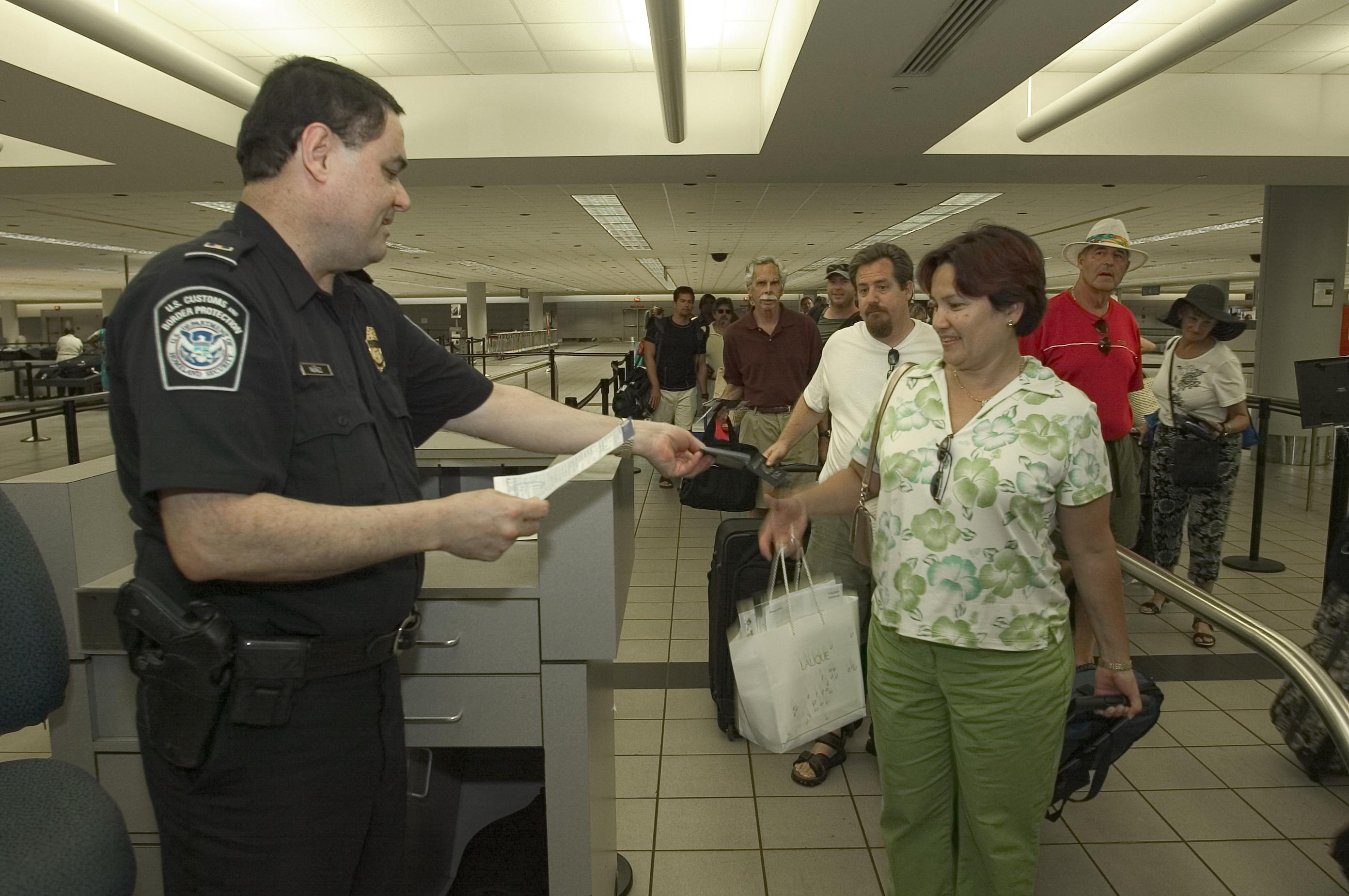 I gennemsnit kontrollerede pasbetjente i USA's lufthavne hver dag sidste år omkring 340.000 ankommende flypassagerer og besætningsmedlemmer. Foto: U.S. Customs and Border Protection.