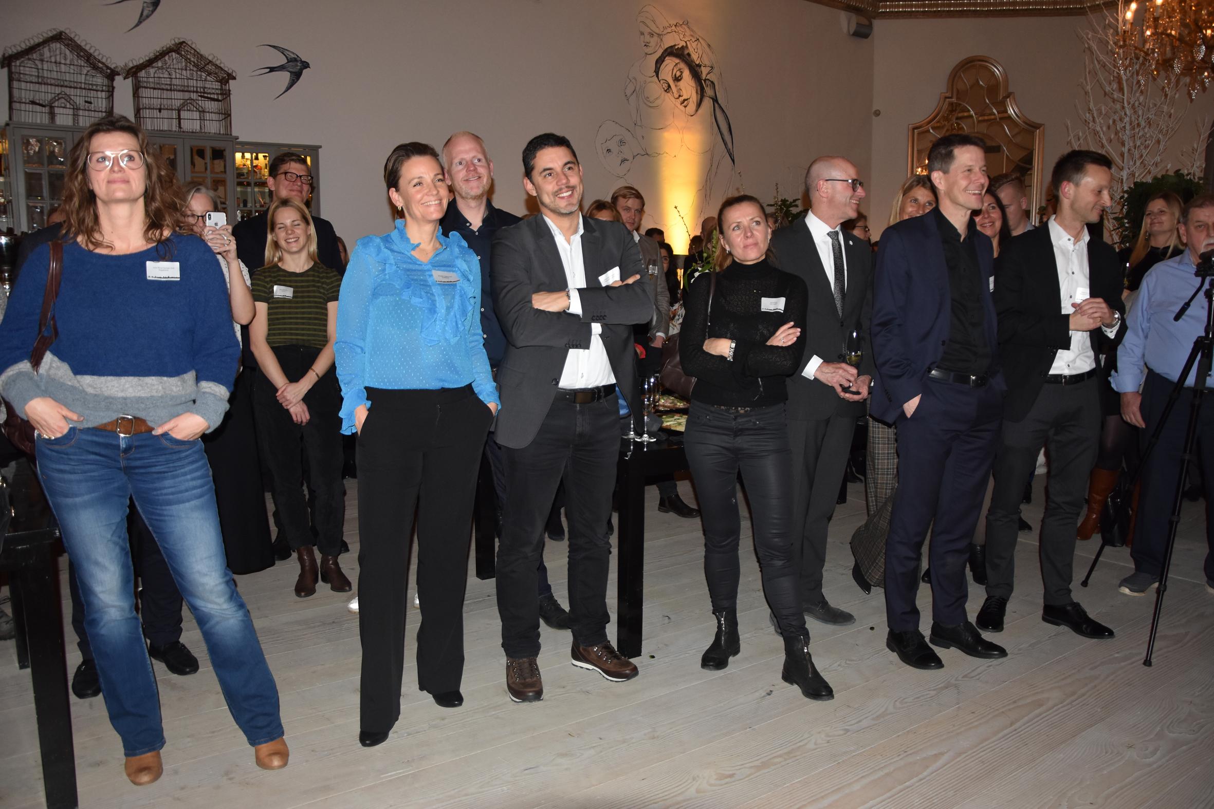 Gæster ved nytårskuren hos VisitDenmark og Wonderful Copenhagen lytter til indlæg fra scenen. Foto: Preben Pathuel.