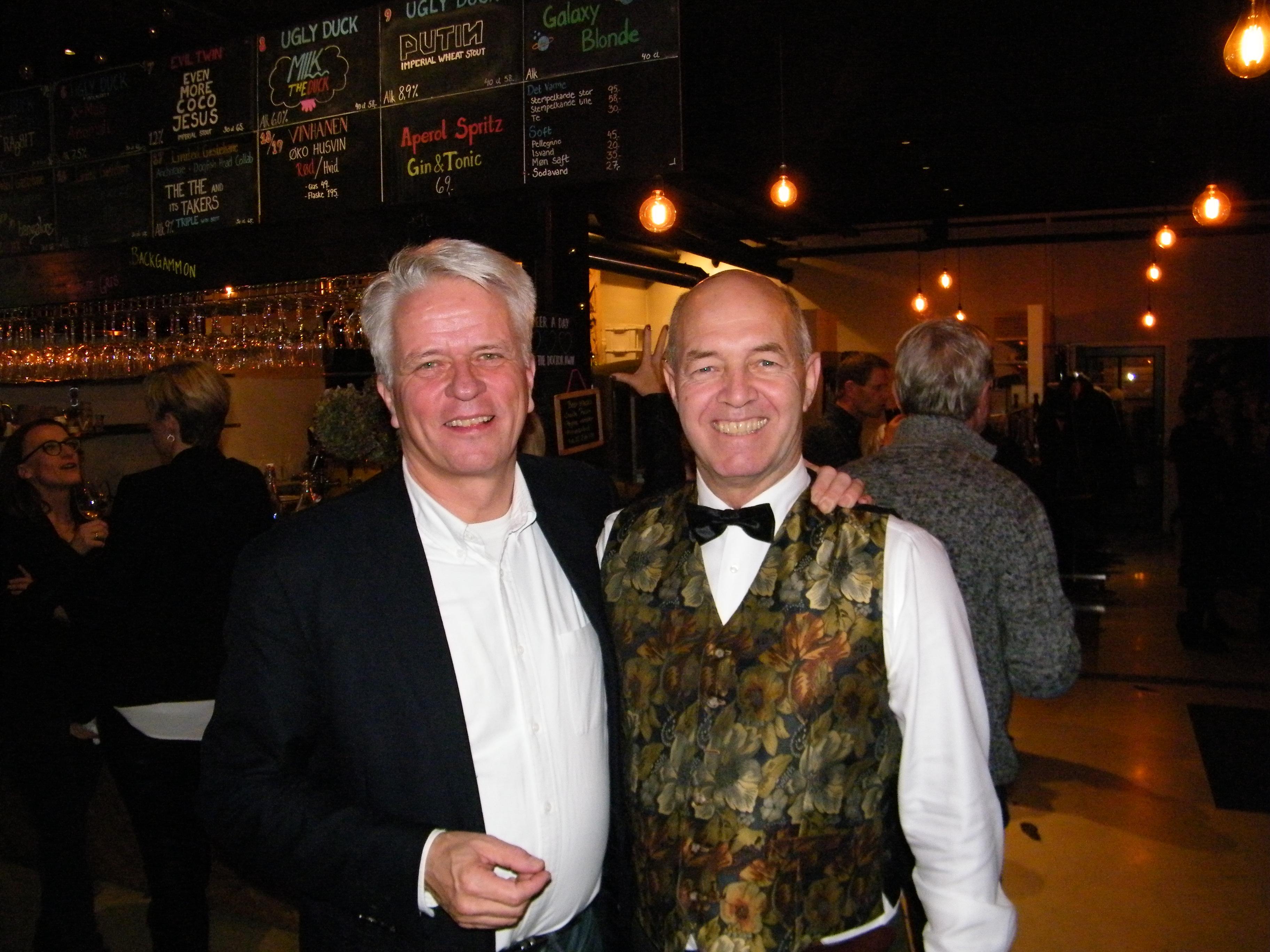 Blandt Per Carøes gratulanter var administrerende direktør for Danmarks Rejsebureau Forening, Lars Thykier, til venstre, der har samarbejdet med fødselaren siden Per Carøe var hos United Airlines og Lars Thykier i SAS. Foto: Henrik Baumgarten.