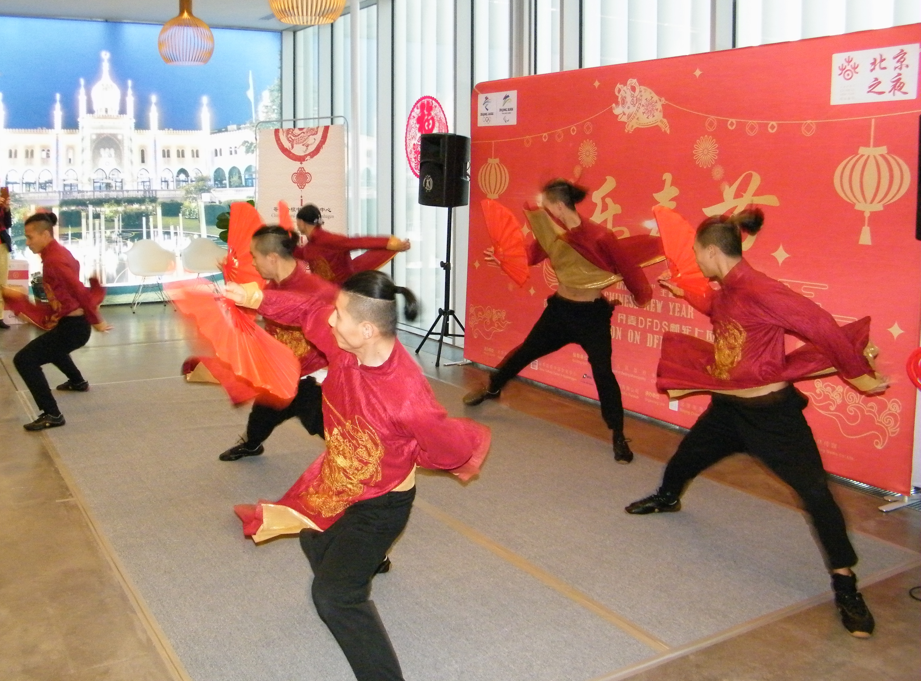 Før DFDS' afgang søndag fra terminalen i København var der masser af kinesisk underholdning; her specialister i kinesisk kampsport. Foto: Henrik Baumgarten.