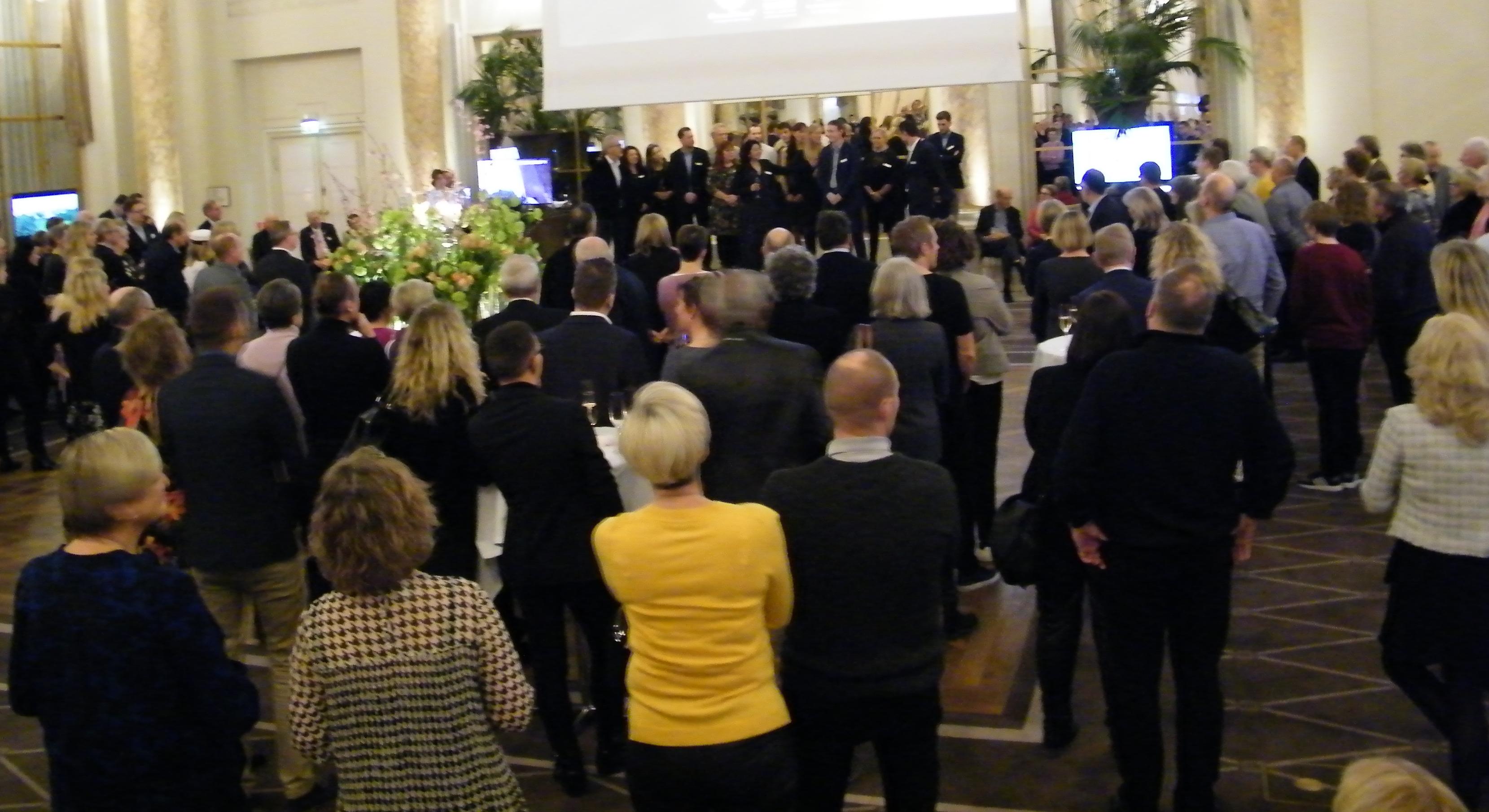 Et kig ud i Palmehaven på Hotel d'Angleterre, hvor de indbudte kunder præsenteres for medarbejderne hos Discovery Travel og Peacock Rejser i baggrunden på scenen. Foto: Henrik Baumgarten.