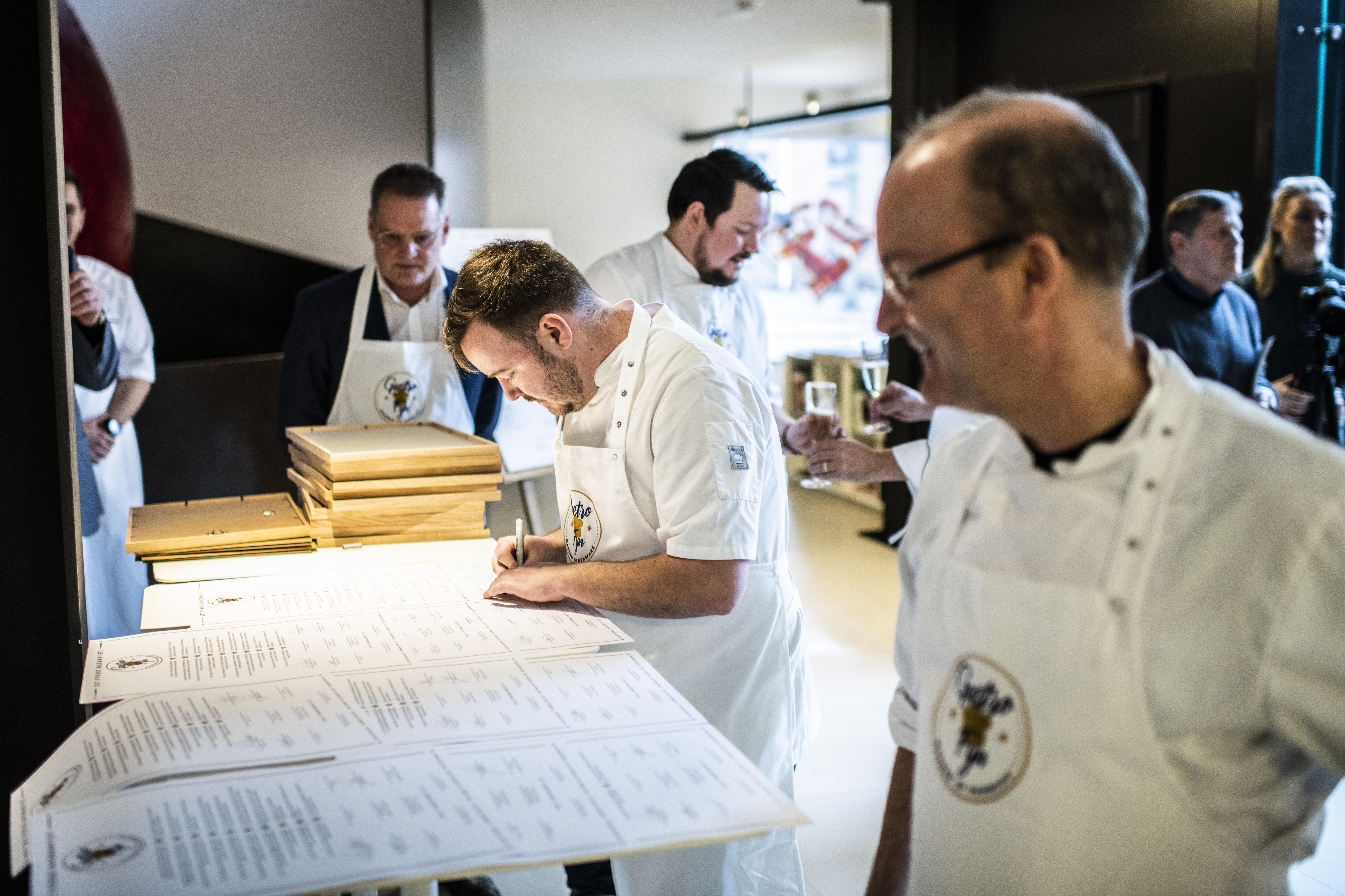 Der blev tirsdag skrevet under på det fynske Madmanifest, Gastro Fyn, der fra starten tæller ni toprestauranter, primært i Odense. Foto: Destination Fyn.