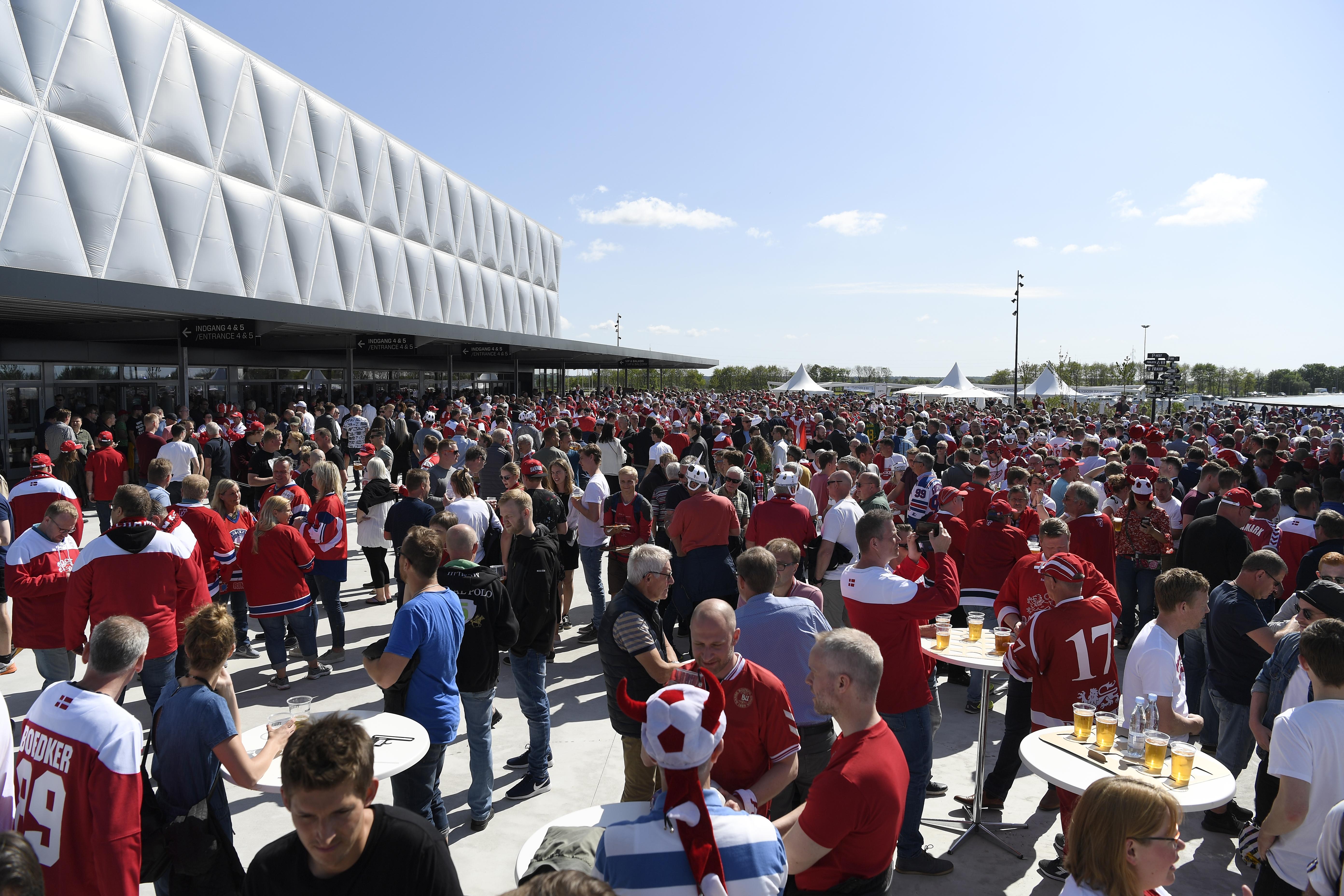 Den nye ankomstplads foran Jyske Bank Boxen ved Messecenter Herning var omdannet til fanzone under VM i Ishockey 2018. Foto: MCH/Lars Møller.