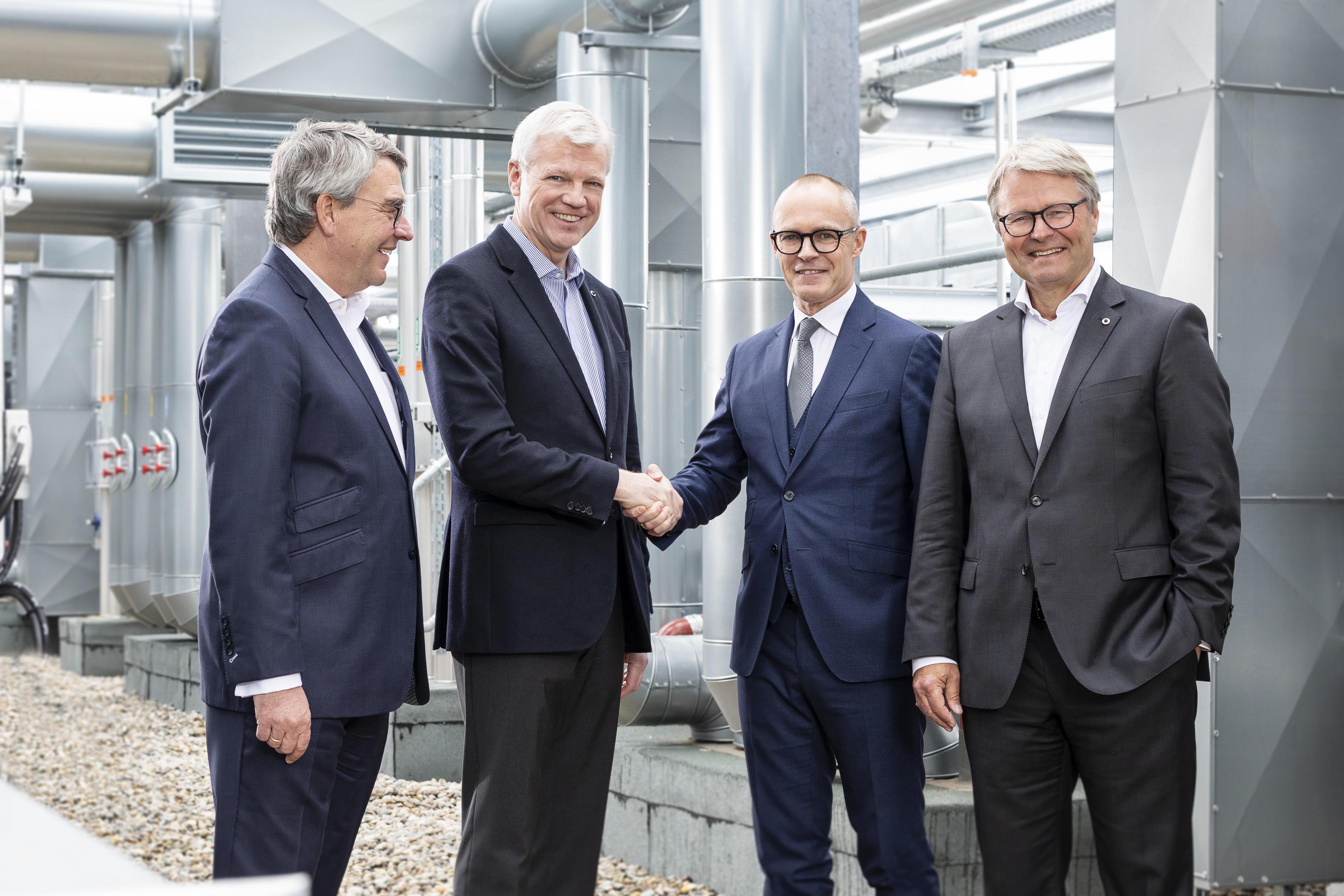 Peter Haaber, nummer to fra højre, med repræsentanter fra Deutsche Hospitality, der nu har købt 51 procent af Zleep Hotels. Foto: Deutsche Hospitality.