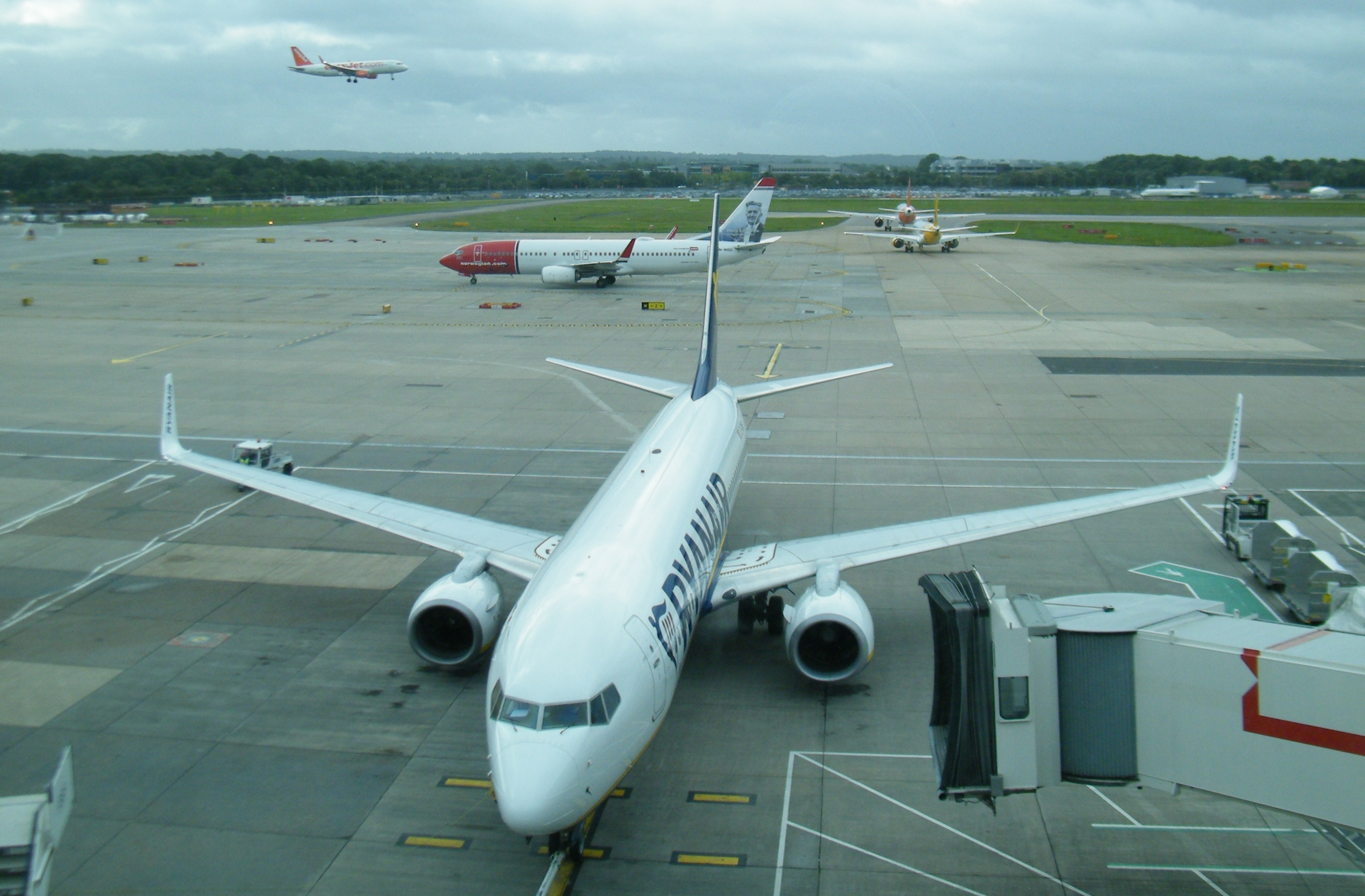 Ryanair i London Gatwick, i baggrunden ruller Norwegian. Foto: Henrik Baumgarten.