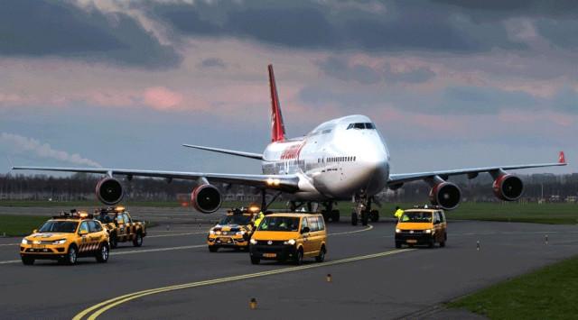 Boeing B747-flyet malet i Corendon-koncernens farver. Flyet bugseres næste uge fra lufthavnen i Amsterdam til et nærliggende hotel. Foto: Corendon.