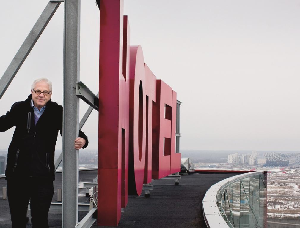 Niels Fennet på toppen af sin CabInn Village i Ørestad – her er i dag 519 hotellejligheder og 709 værelser. Omkring 2021 forventes komplekset udbygget med yderlige 800 og vil dermed i alt have 2.025 hotelværelser og hotellejligheder. Foto: CabInn.