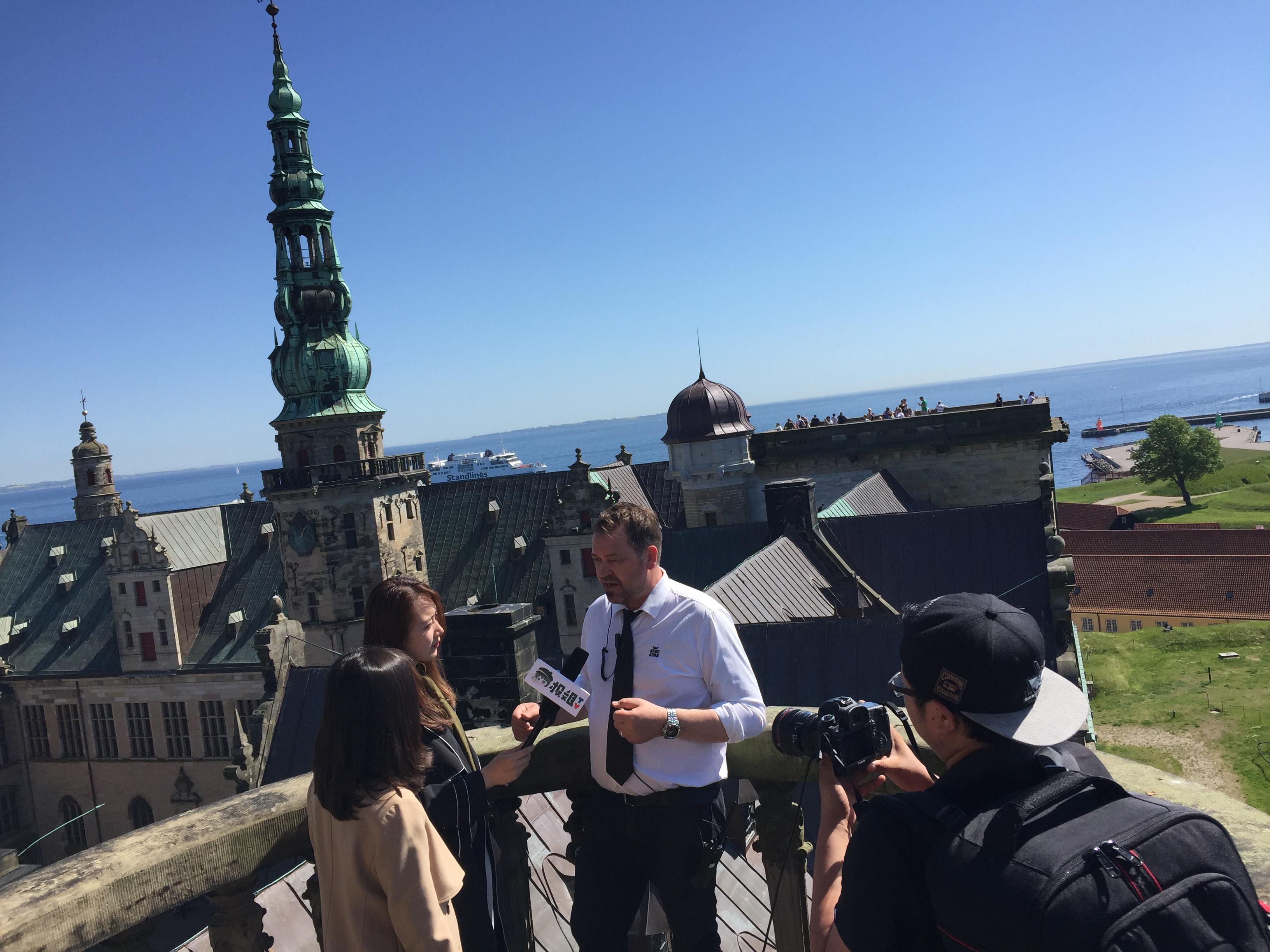Kineserne er stadig største marked i Asien for VisitDenmark. På fotoet er en i Kina kendt blogger på Kronborg, inviteret til Danmark af VisitDenmark.