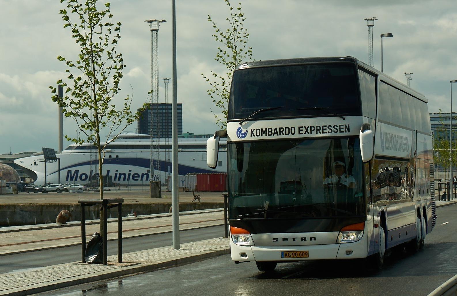 Fjernbusserne i Danmark har ifølge Transportministeriet i alt cirka 1,5 millioner passagerer om året, nu forventes tallet at stige. Her er det en af de mere kendte, Kombardo Expressen. Foto: Molslinjen.