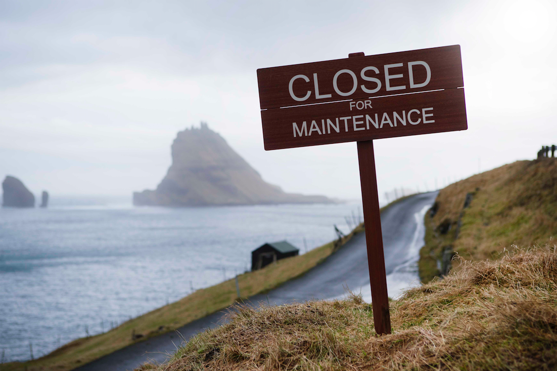 Færøerne er ikke lukket for turisme den sidste weekend i april. Skiltet skal angiveligt signalere den kommende lukning. Se mere om vedligeholds-weekenden på hjemmesiden preservefaroeislands.com – foto: visitfaroeislands.com