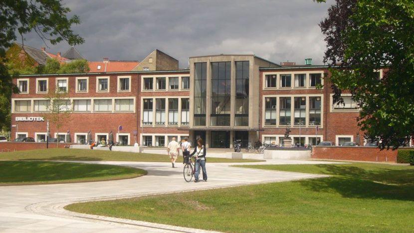 Brøchner Hotels har fået forsinket åbningen af sit hostel i Aarhus, da der på byggegrunden ved det gamle hovedbibliotek er fundet en vikingegrav. Illustration: VisitDenmark.
